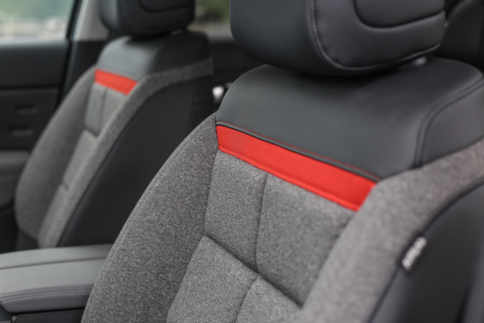 半皮步座椅,色彩的調和就是讓人這麼舒適又具設計亮點。