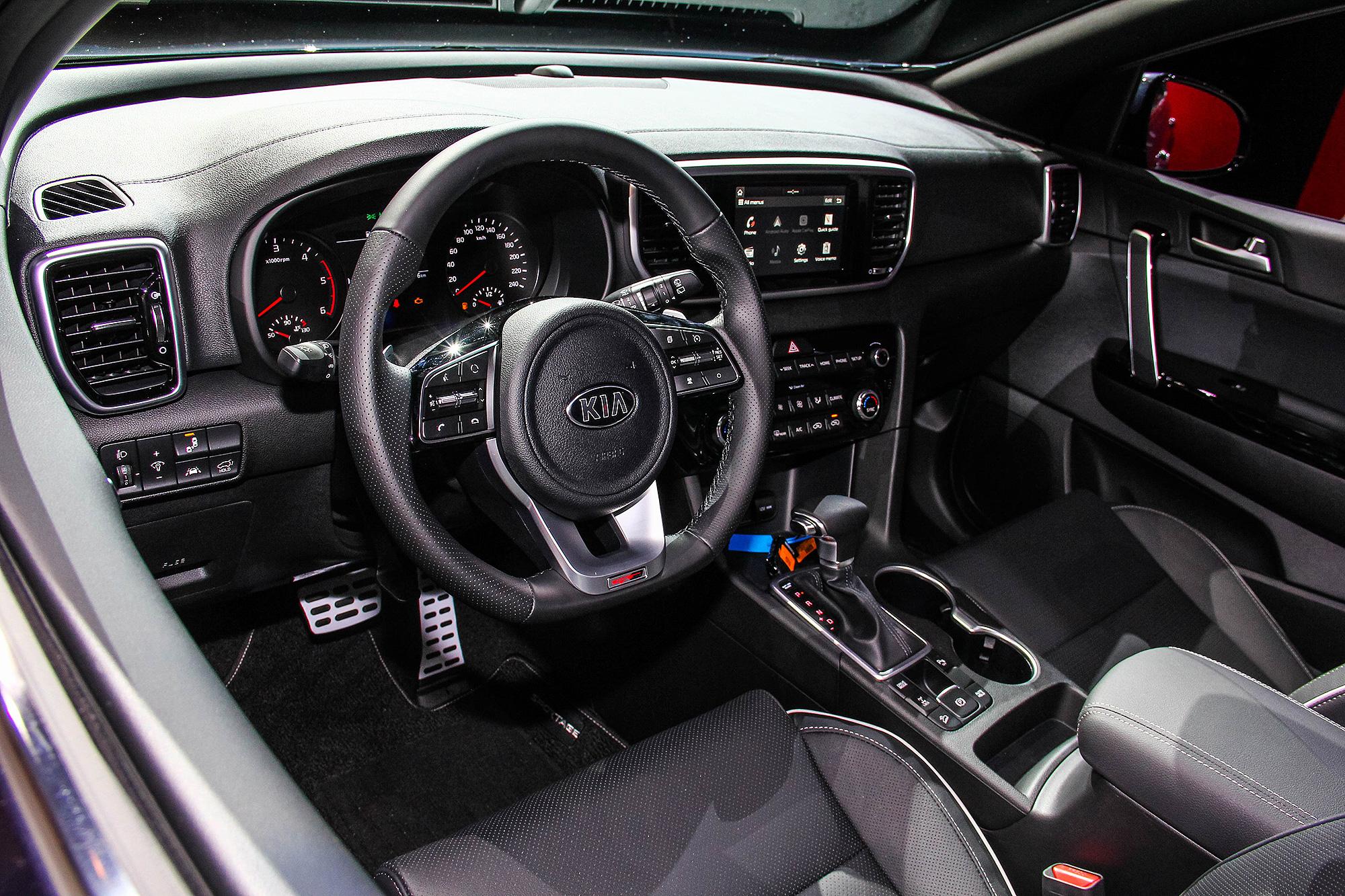座艙內部主要的調整,在於方向盤造型以及中控多媒體資訊整合系統的修改。