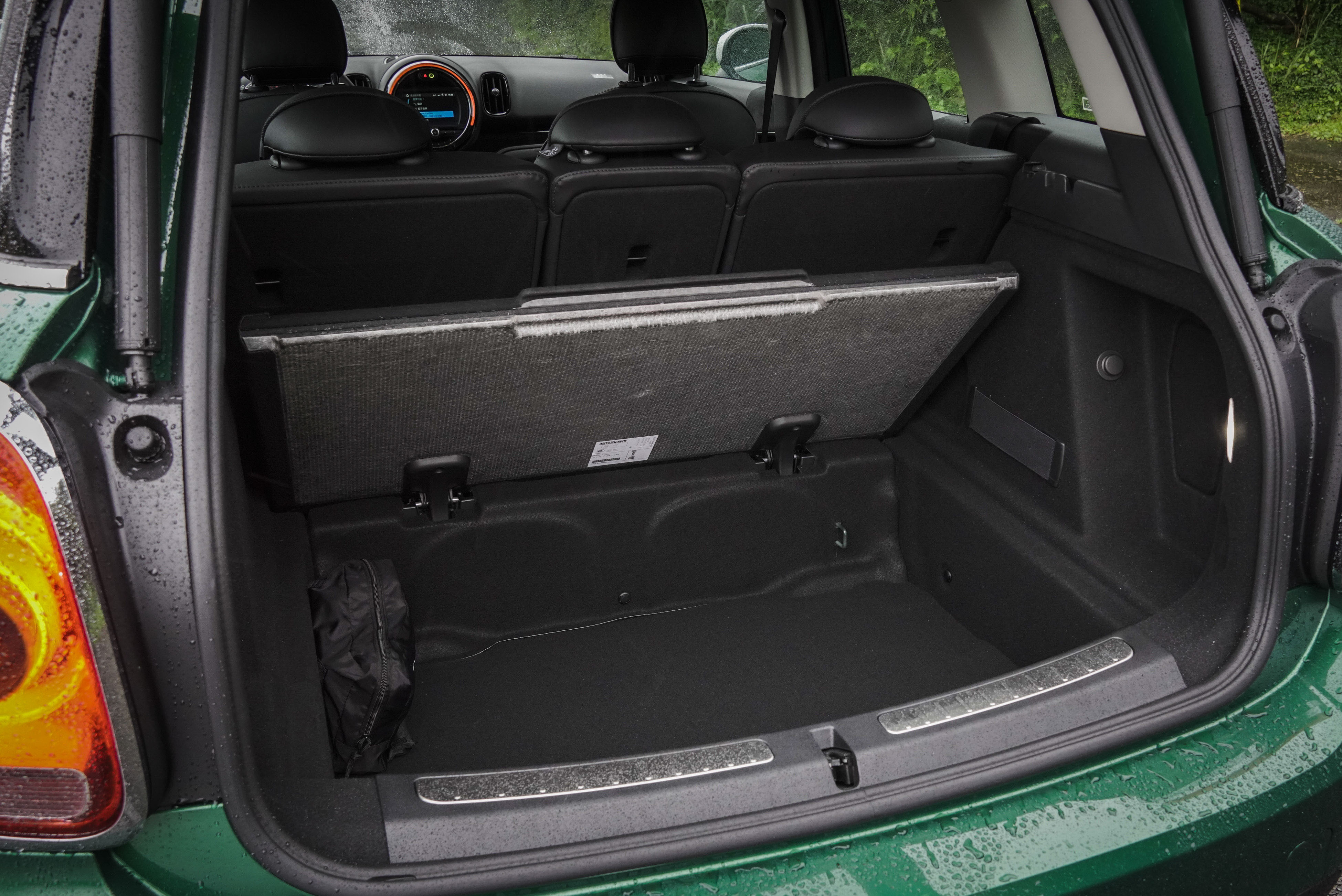 行李廂底板掀開還有不小的額外空間。
