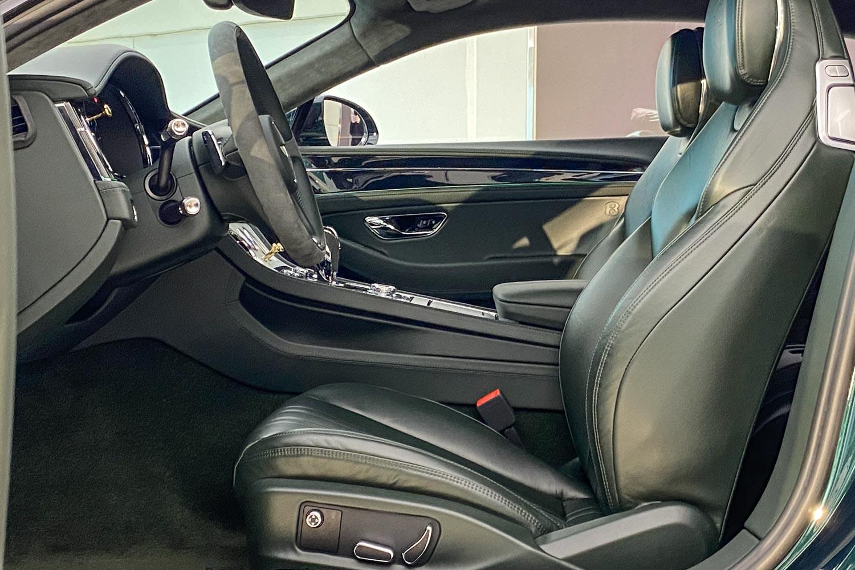 車室內裝可選擇 Viridian Green 及 Beluga 綠或黑色皮革。