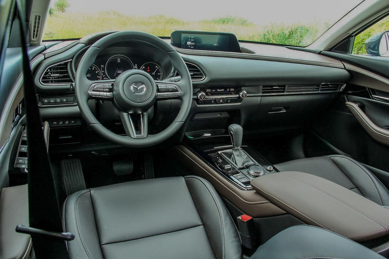 內裝氛圍與 Mazda 3 如出一徹,唯獨駕駛座沒有馬三那種「包住」駕駛的感覺。