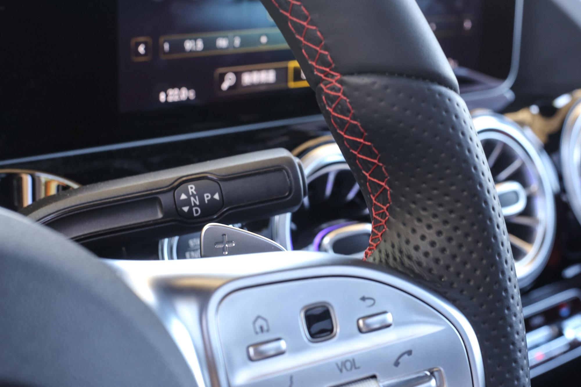 安插於方向盤右後方的排檔桿一旦習慣後,操作也非常直覺。