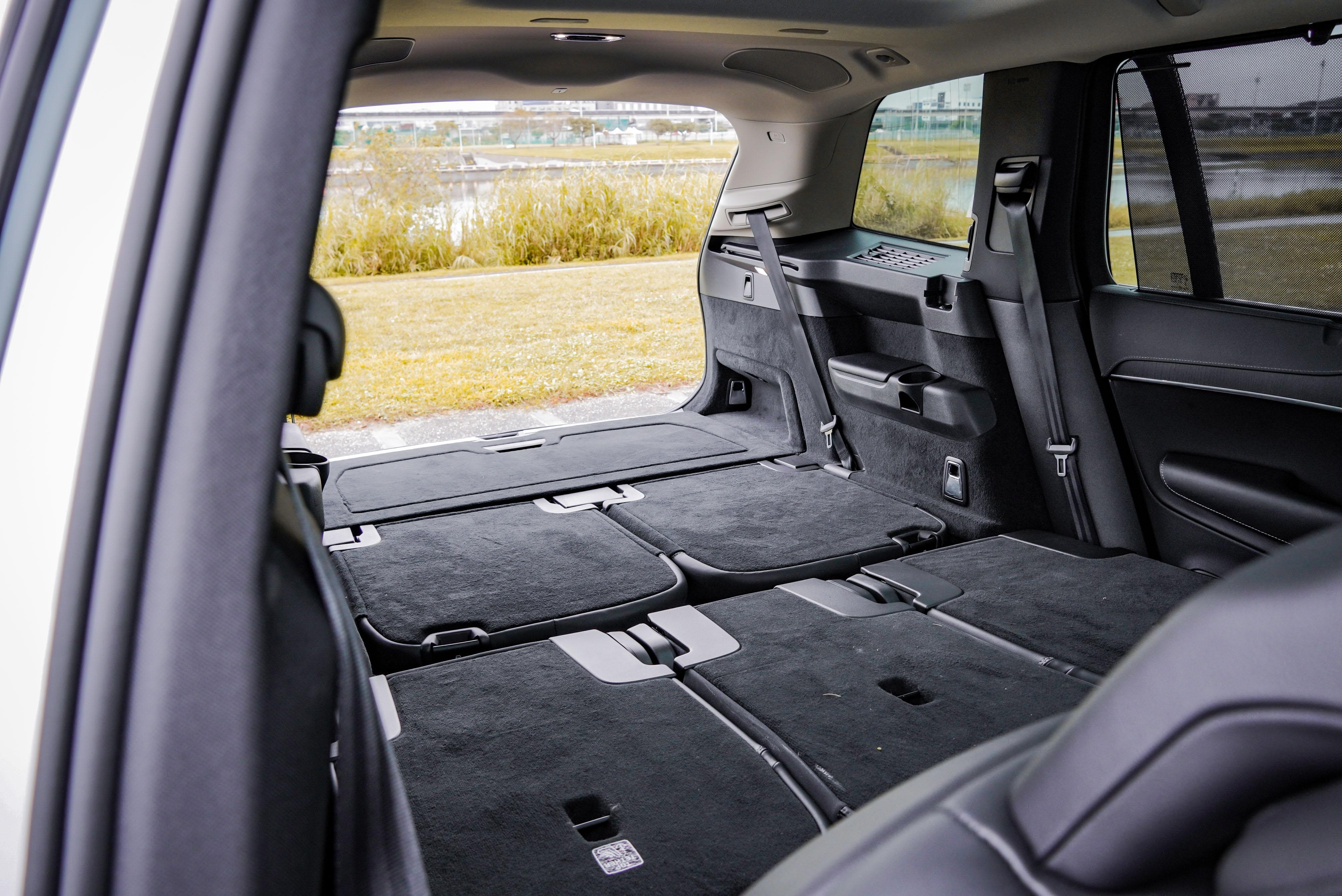 座椅全部傾倒後,後廂容積放大到 1,816 L 之譜。