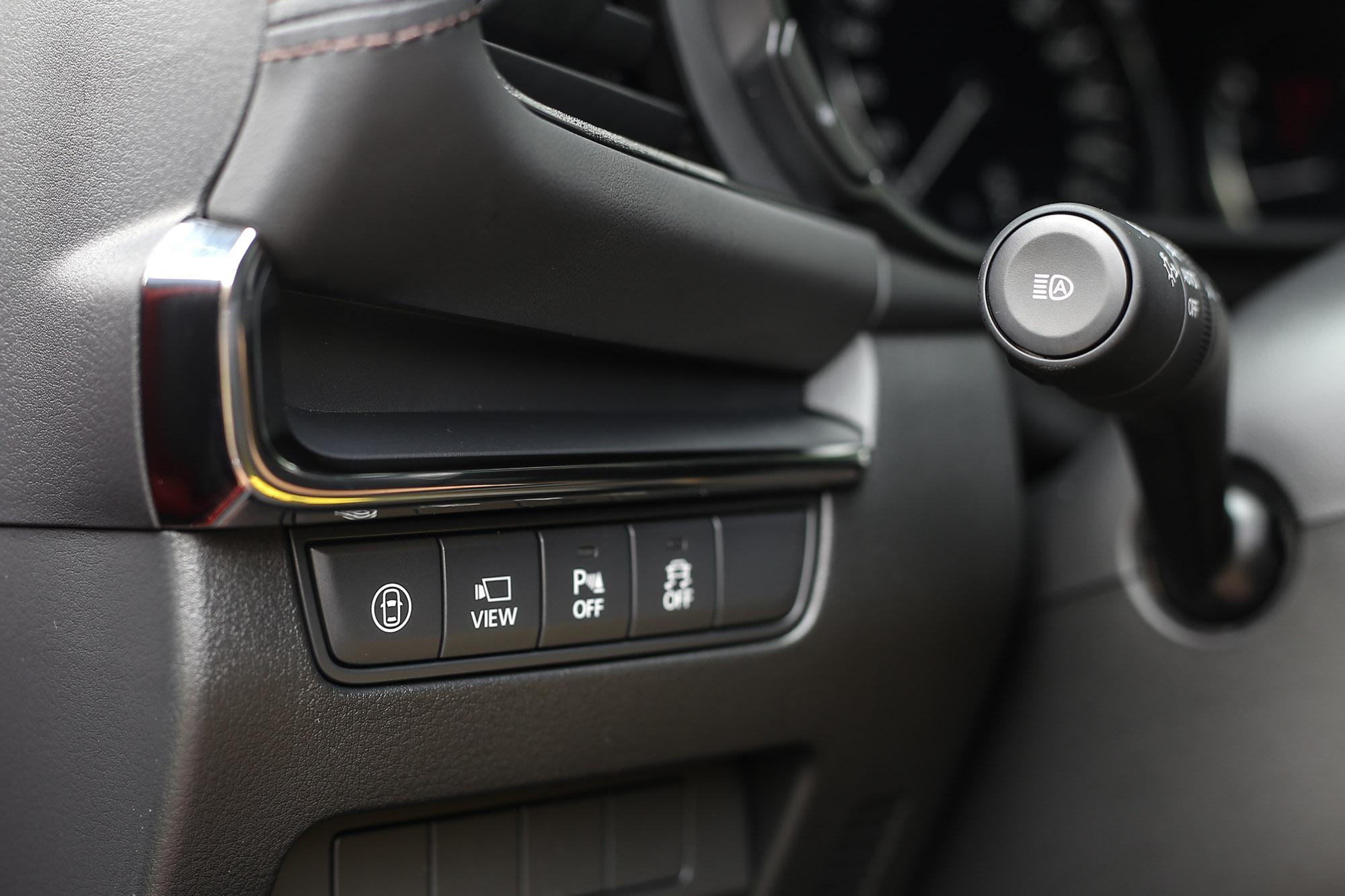 方向盤左側的按鍵總成,細節面的質感同樣沒話說。