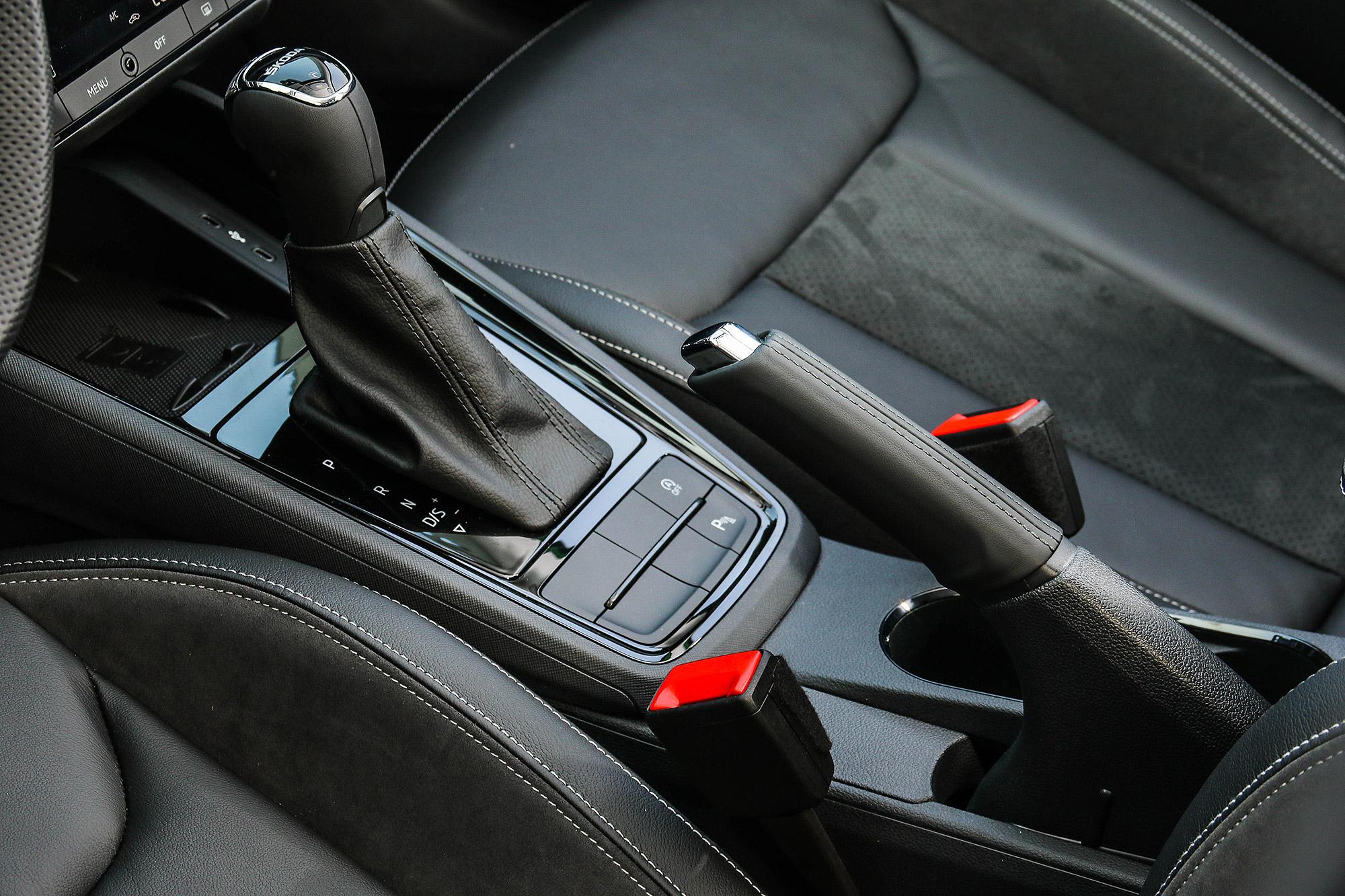 因為成本考量,仍維持傳統機械式手煞車。
