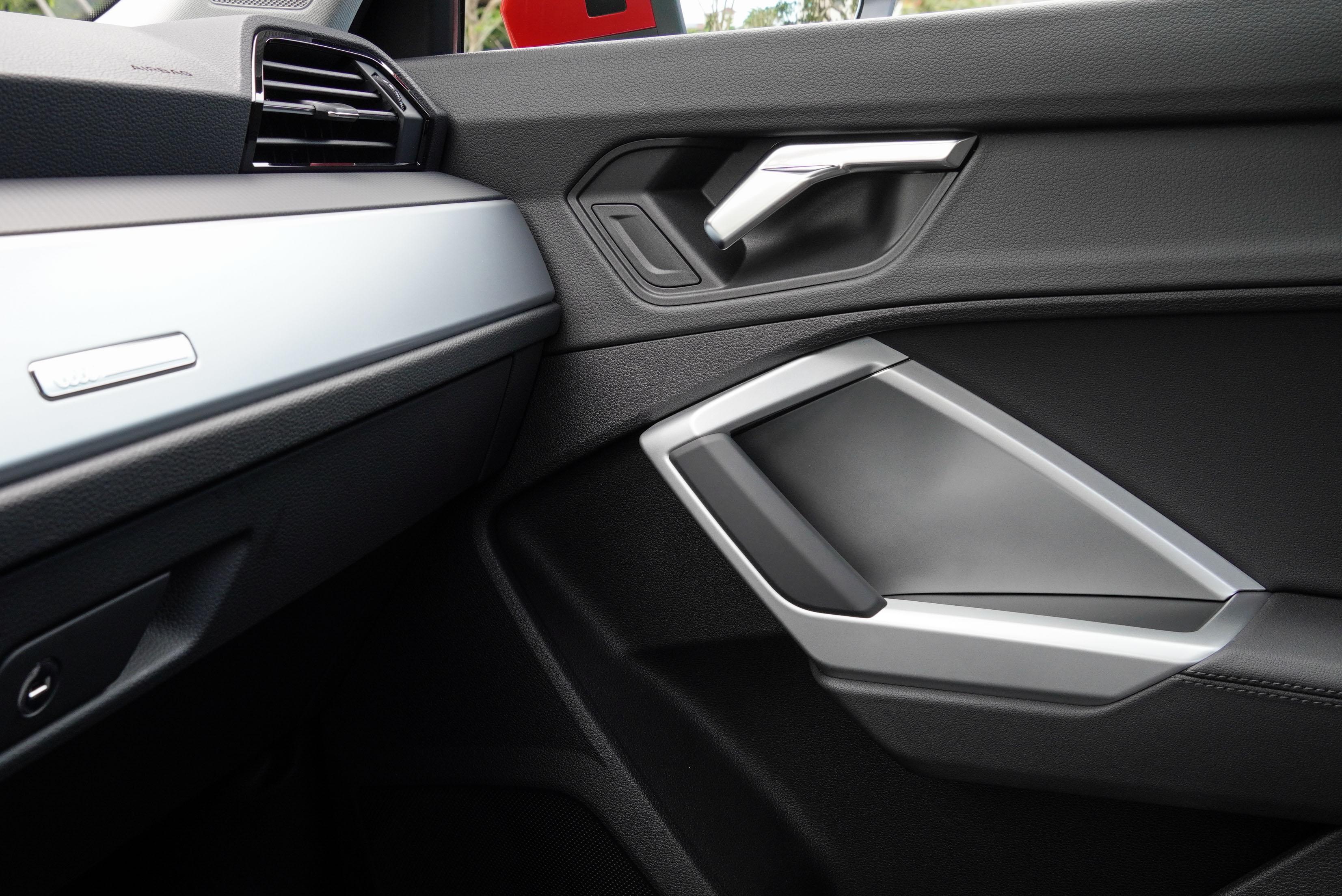 車內以銳利線條為設計主軸。