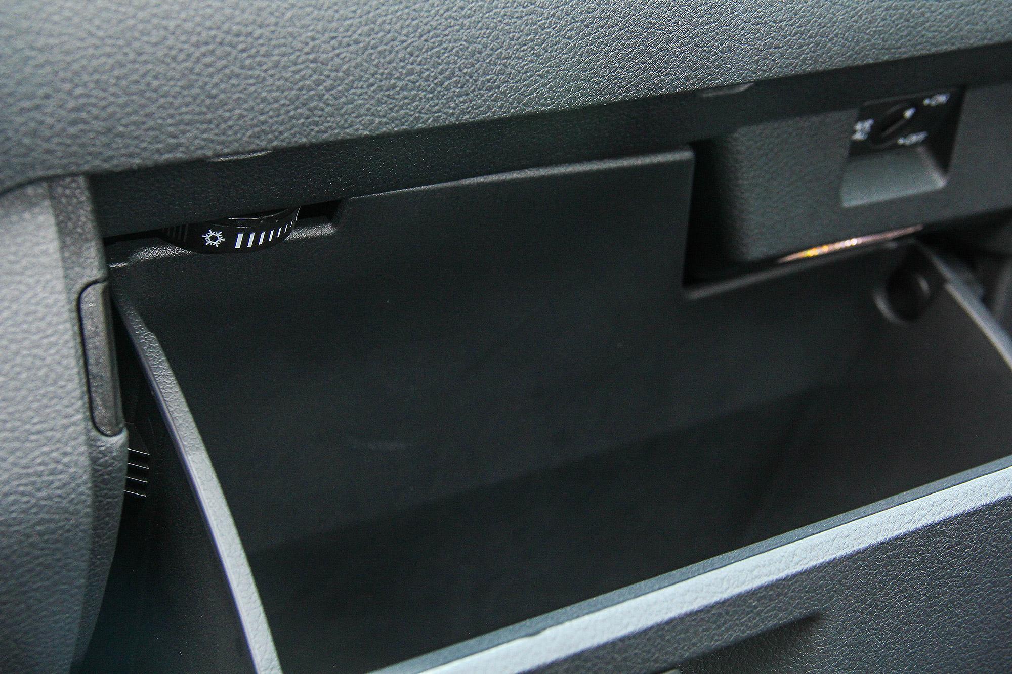 手套箱配有冷氣出風口,可以為飲料保冷。