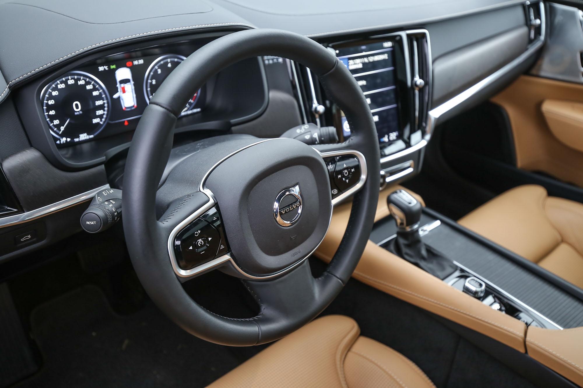 駕駛座眼前的是 12.3 吋數位整合資訊儀錶組。