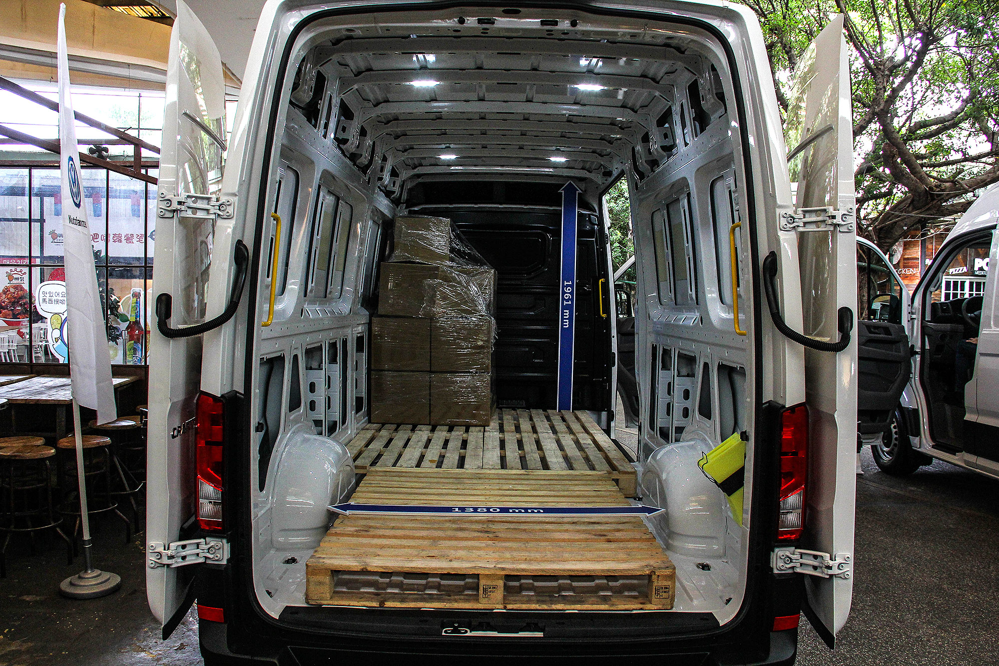長軸高頂車型的貨艙容量升級為 14.4 平方公尺。
