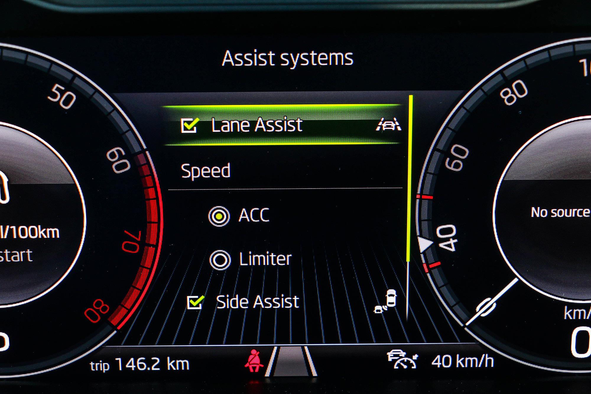 Lane Assist 系統若維持開啟,時速達 60km/h 就會自動啟用。