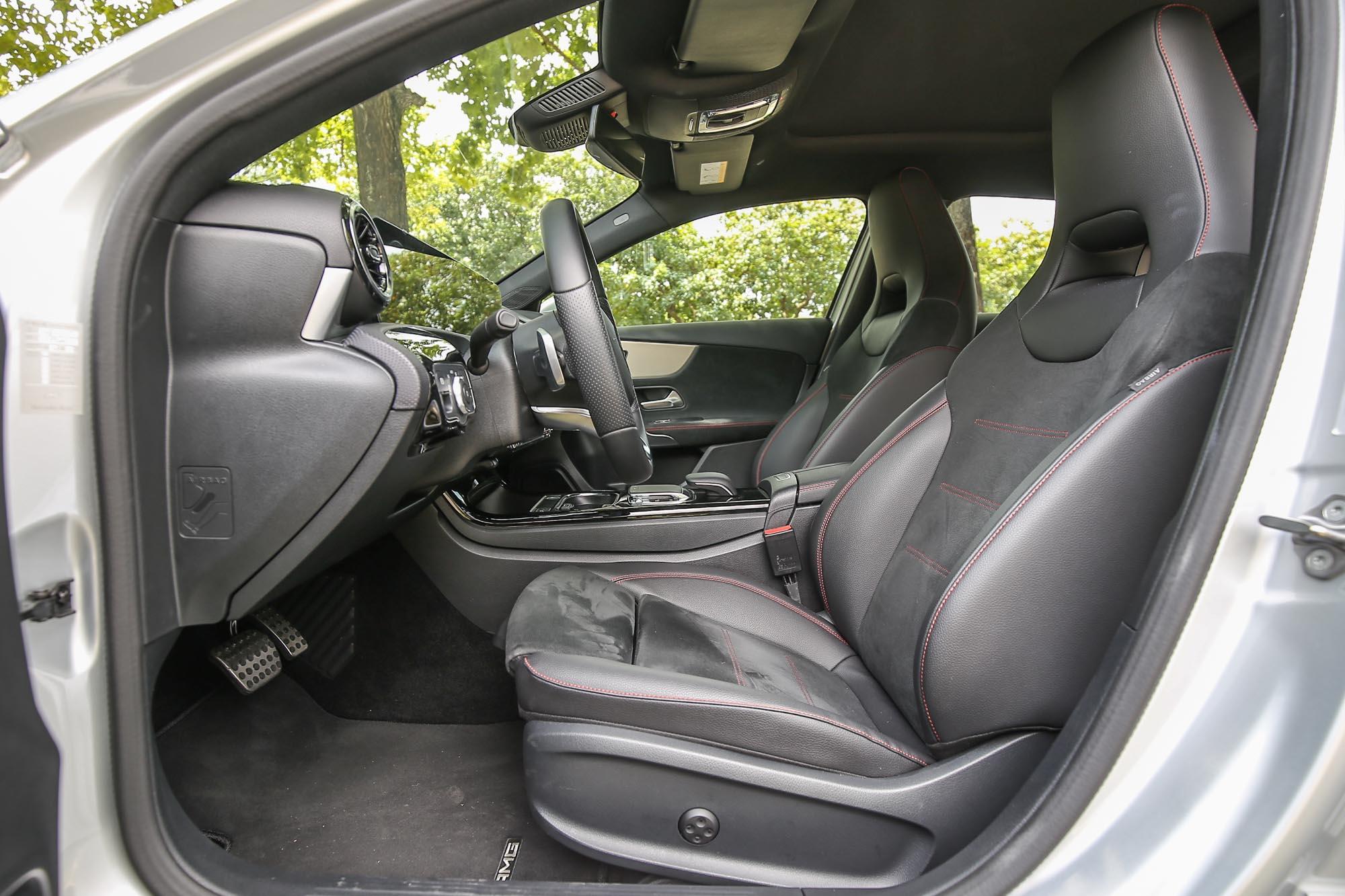 從 A 200 以上車型就配備一體式的跑車座椅,營造更熱血的駕馭感。