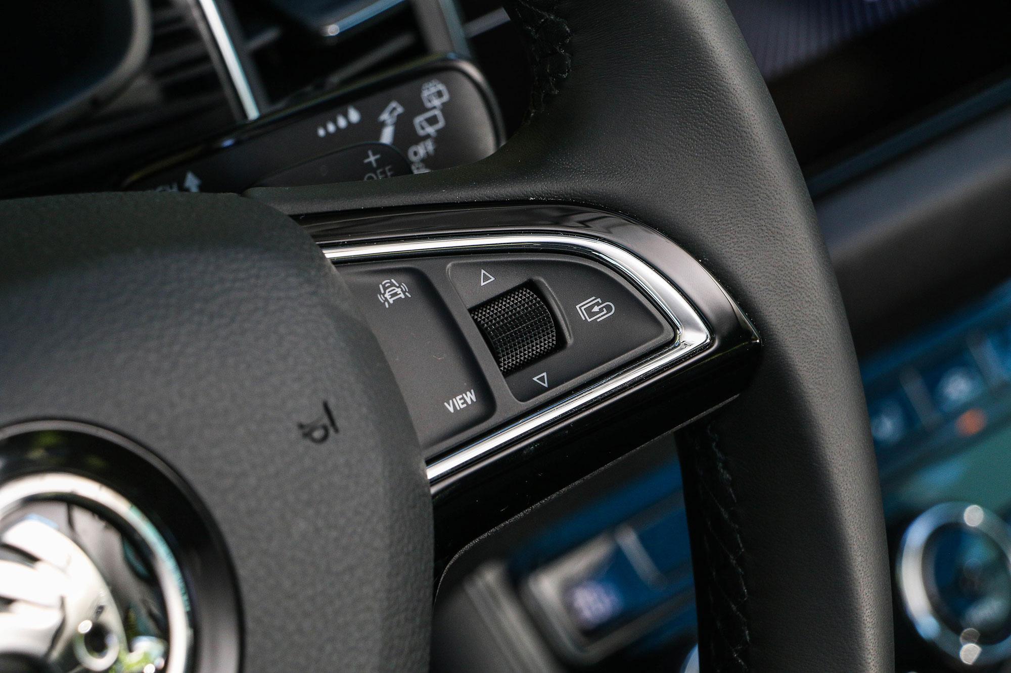 透過方向盤上的駕駛輔助系統快捷按鈕,就可叫出設定選單,選擇想要開啟的駕駛輔助系統。