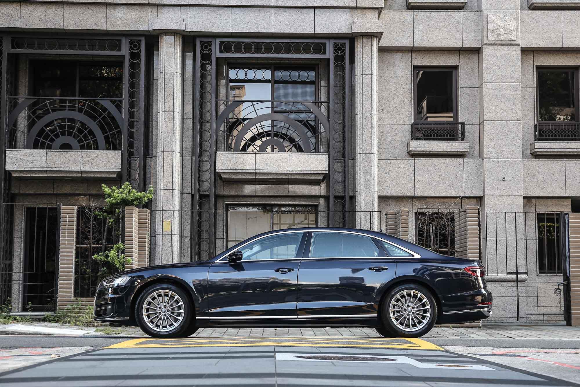 2019 年式 Audi A8 L 55 TFSI quattro Premium 建議售價 559 萬元起。另提供 A8 50 TDI quattro,398 萬元起。