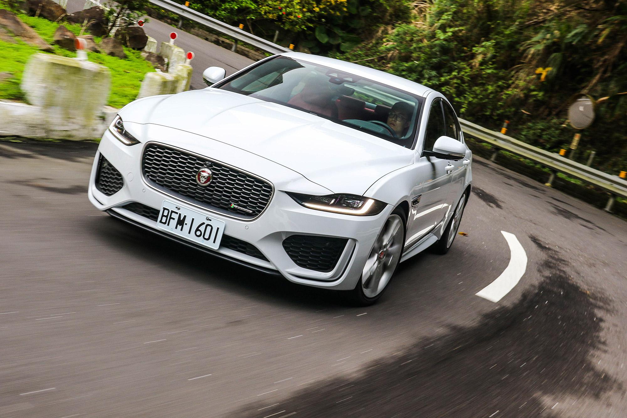 4 缸動力更輕盈的車頭重量,讓 XE 有更均衡的操控表現。