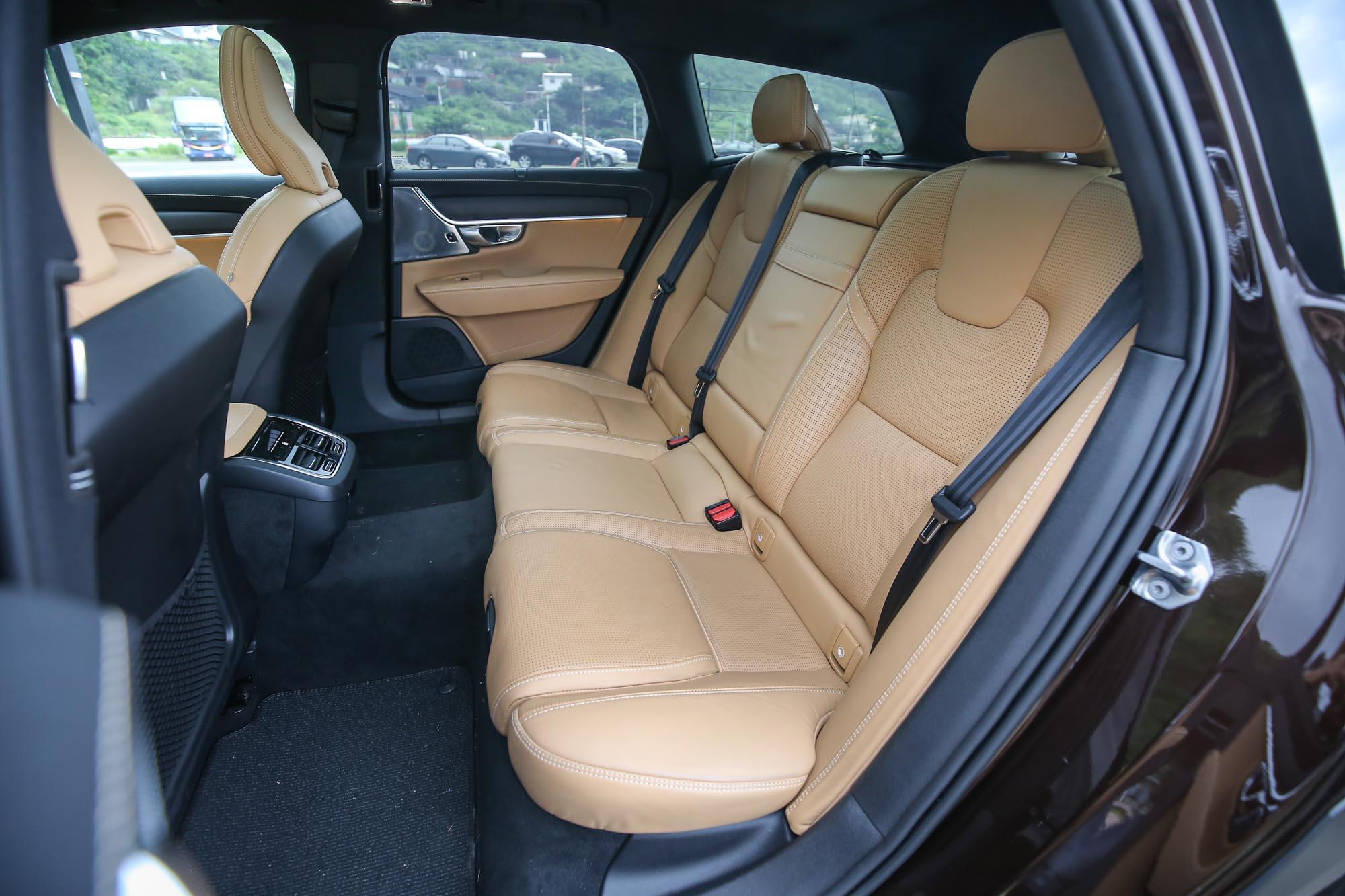 Nappa 皮革包覆的前後座椅,搭配符合人體工學的造型設計,舒適表現難有敵手。