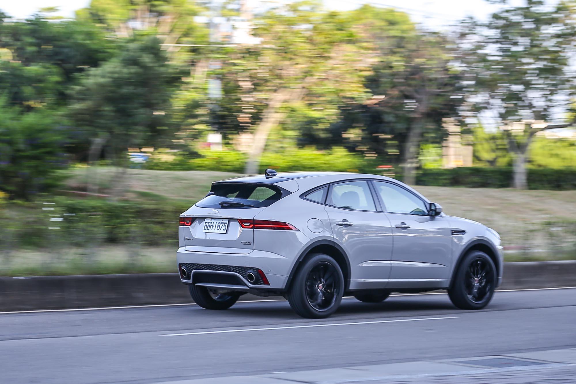 不僅外表與內在都具有跑車化性格,操駕感受也符合當前 Jaguar 的核心價值。