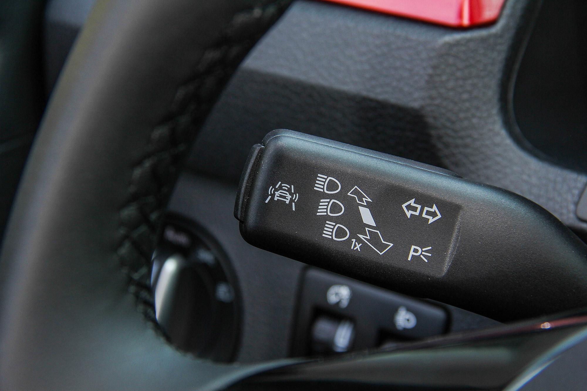 方向燈撥桿側邊的按鈕,即可叫出駕駛輔助系統選單。