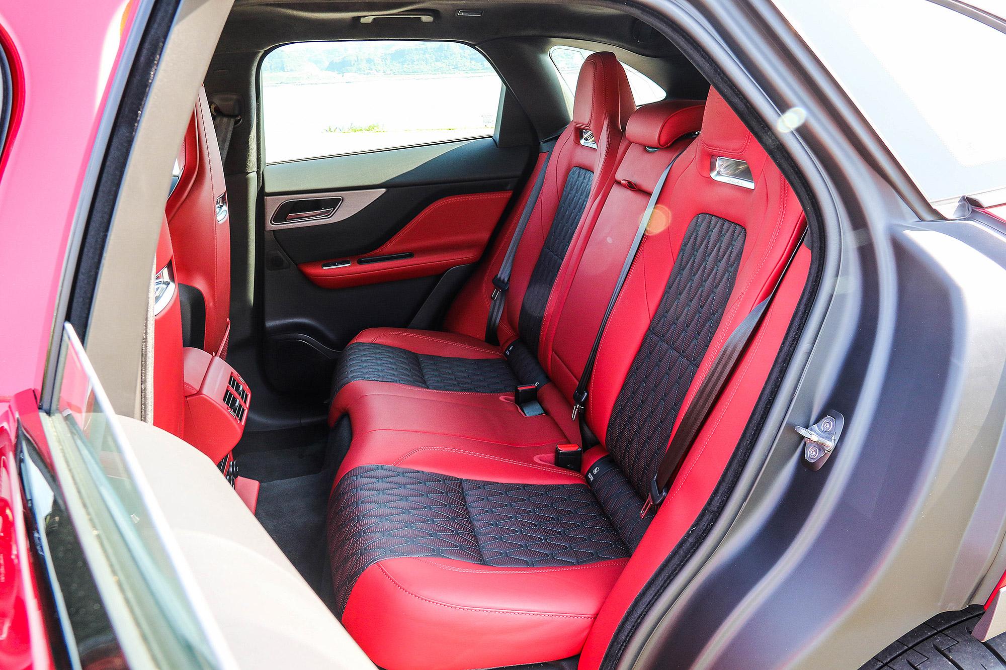 後座椅背因為採用輕量化跑車設計的關係,捨棄了電動椅背調整功能。