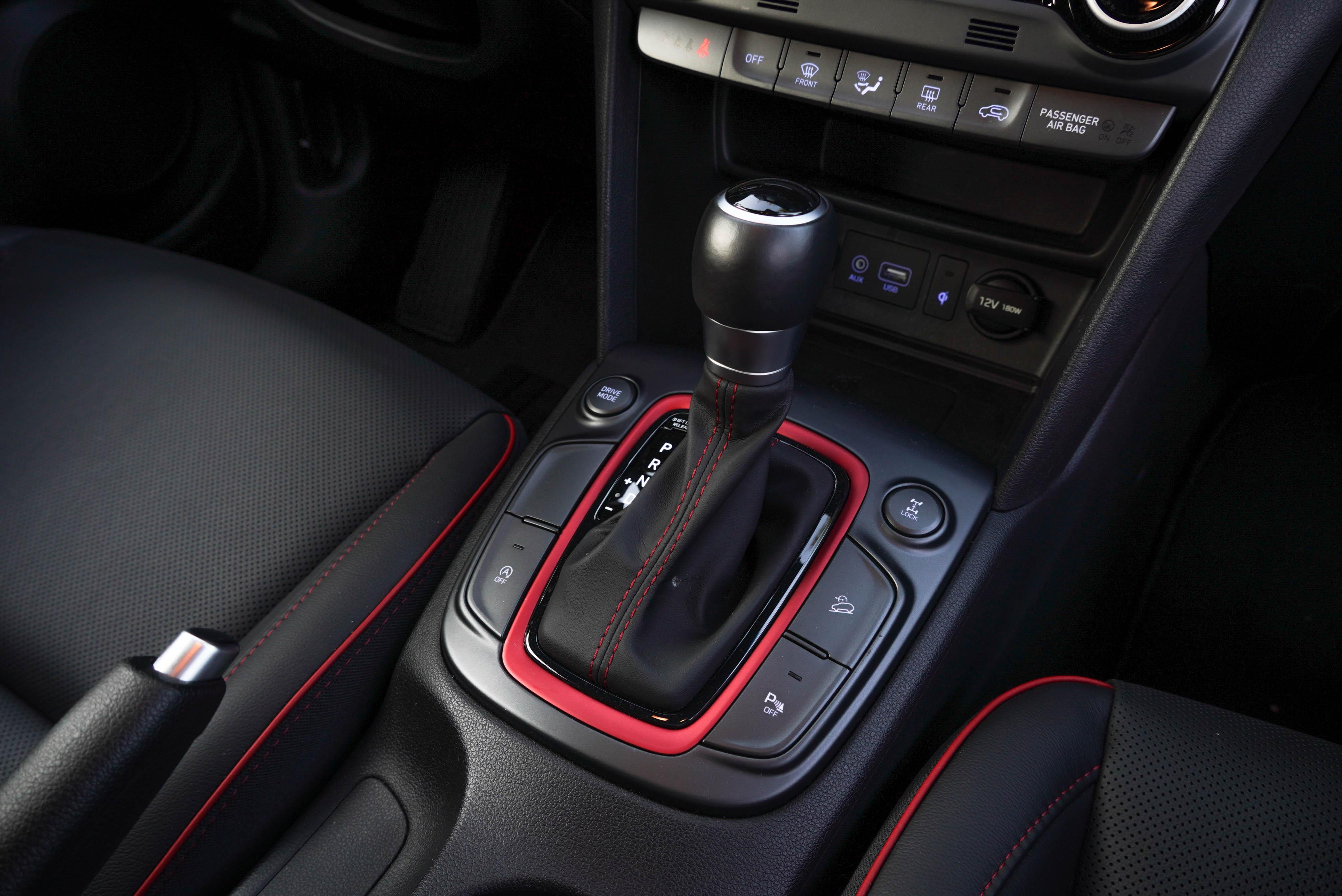 Kona 4WD 版本多了陡坡緩降、Lock 鎖定功能。