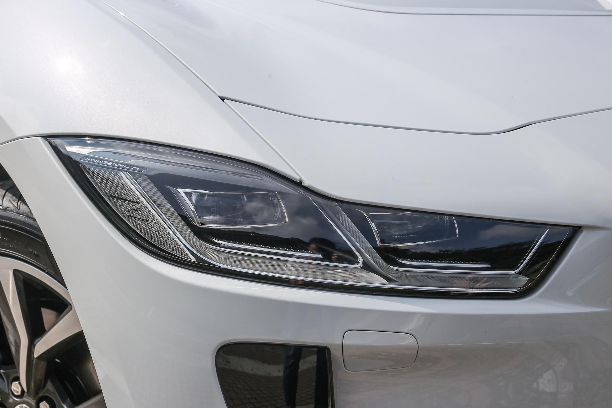 配備主動型矩陣式 LED 頭燈選項,能持續投射遠光,同時自動調整光束形狀,以避免干擾對向來車視線。