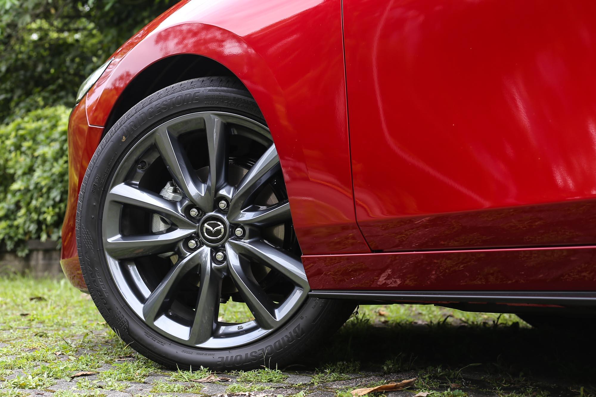 五門車型皆標配 215/45R18 的胎圈規格。