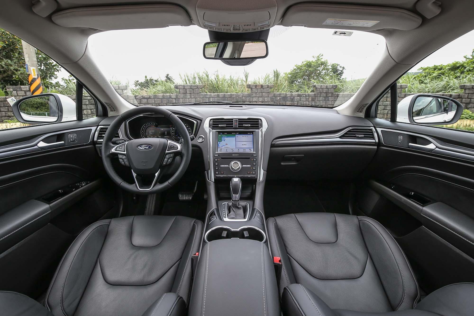 前座空間寬敞,整體氣氛走低調洗鍊路線,駕駛視野也非常遼闊。