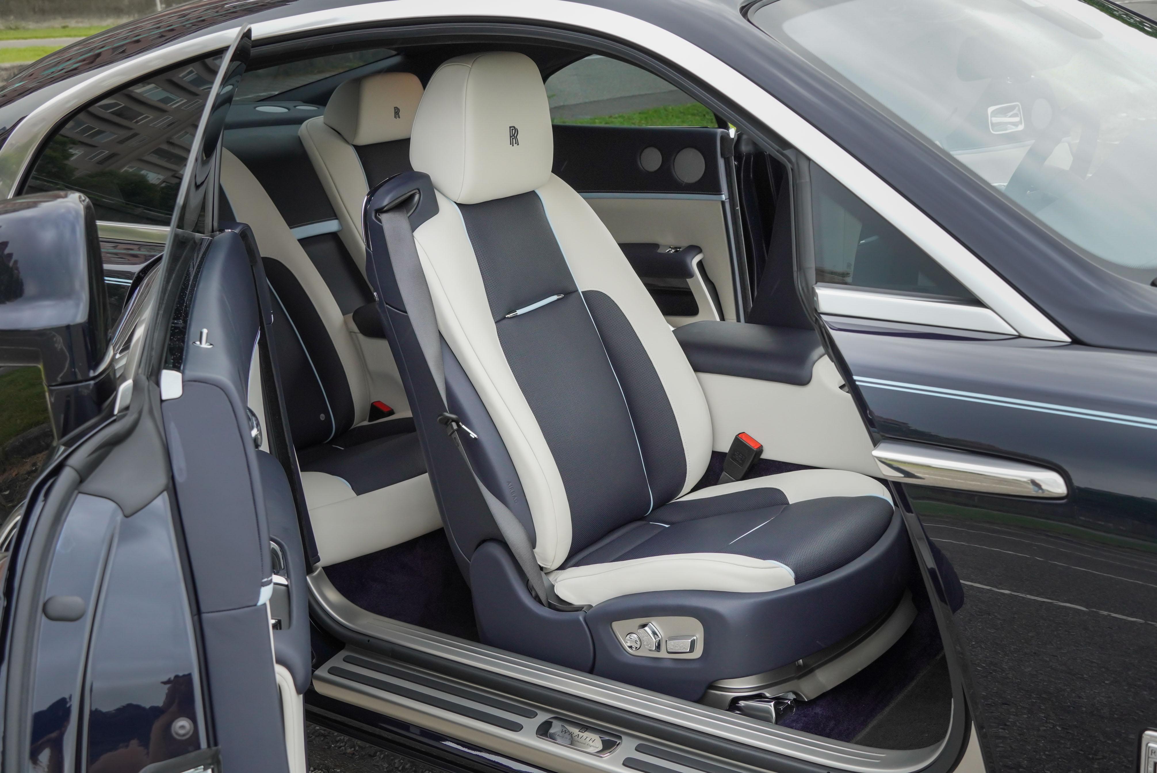 試駕車選配通風座椅,並選配海貝殼色及粉鋼藍緄邊及縫線。