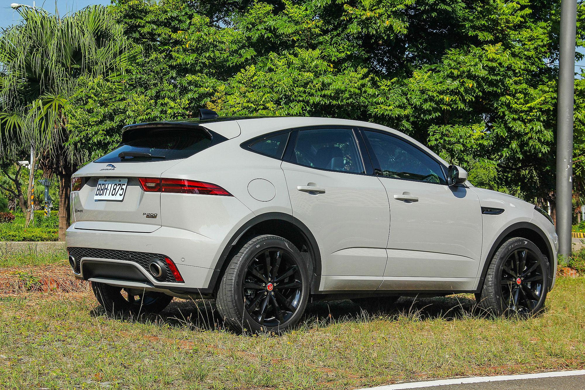 雖然是 SUV,Jaguar 仍注入了跑車化的造型。
