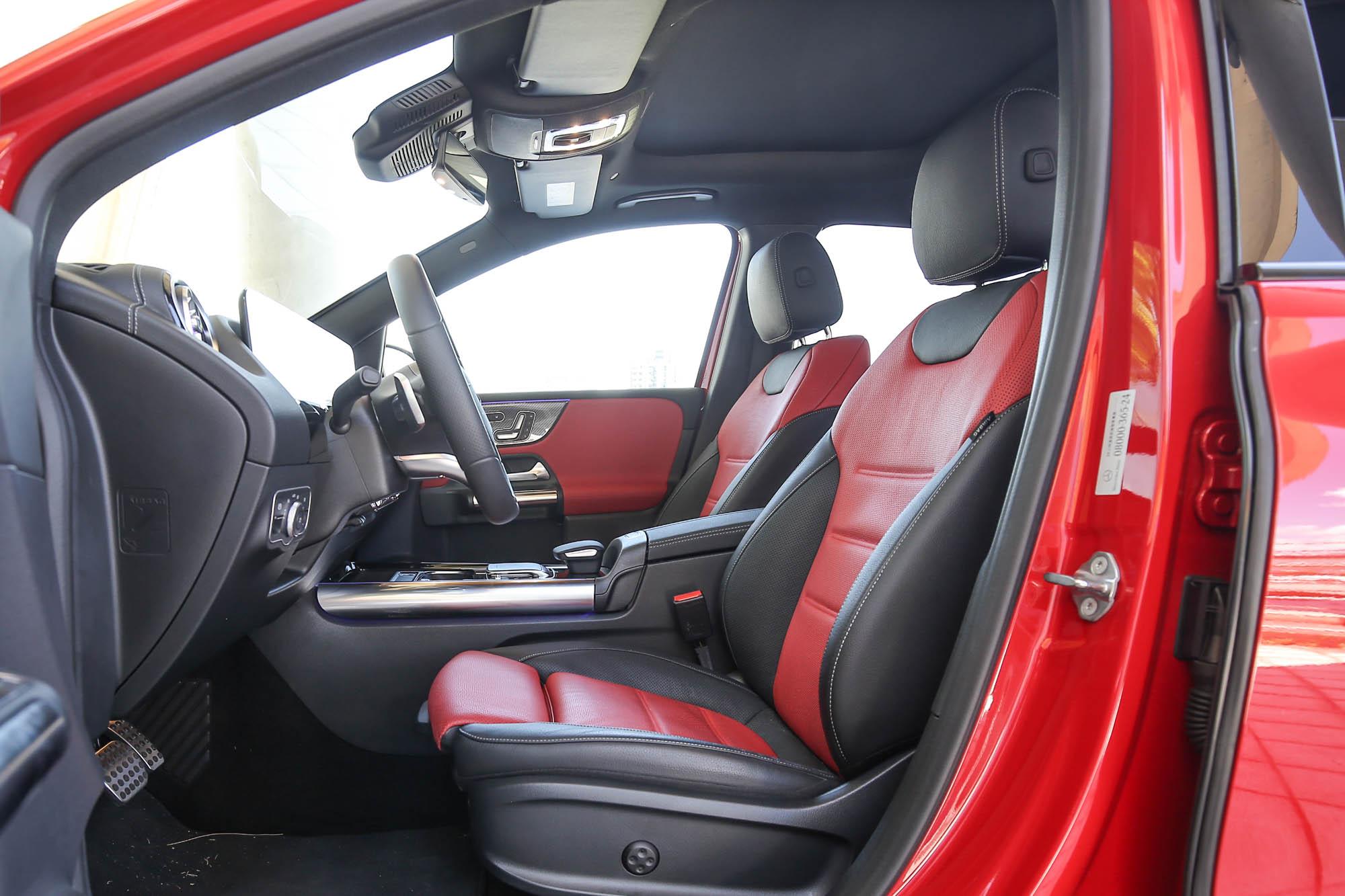此車選配紅黑雙色真皮跑車型座椅,附電動前乘客座椅記憶及通風、加熱功能。