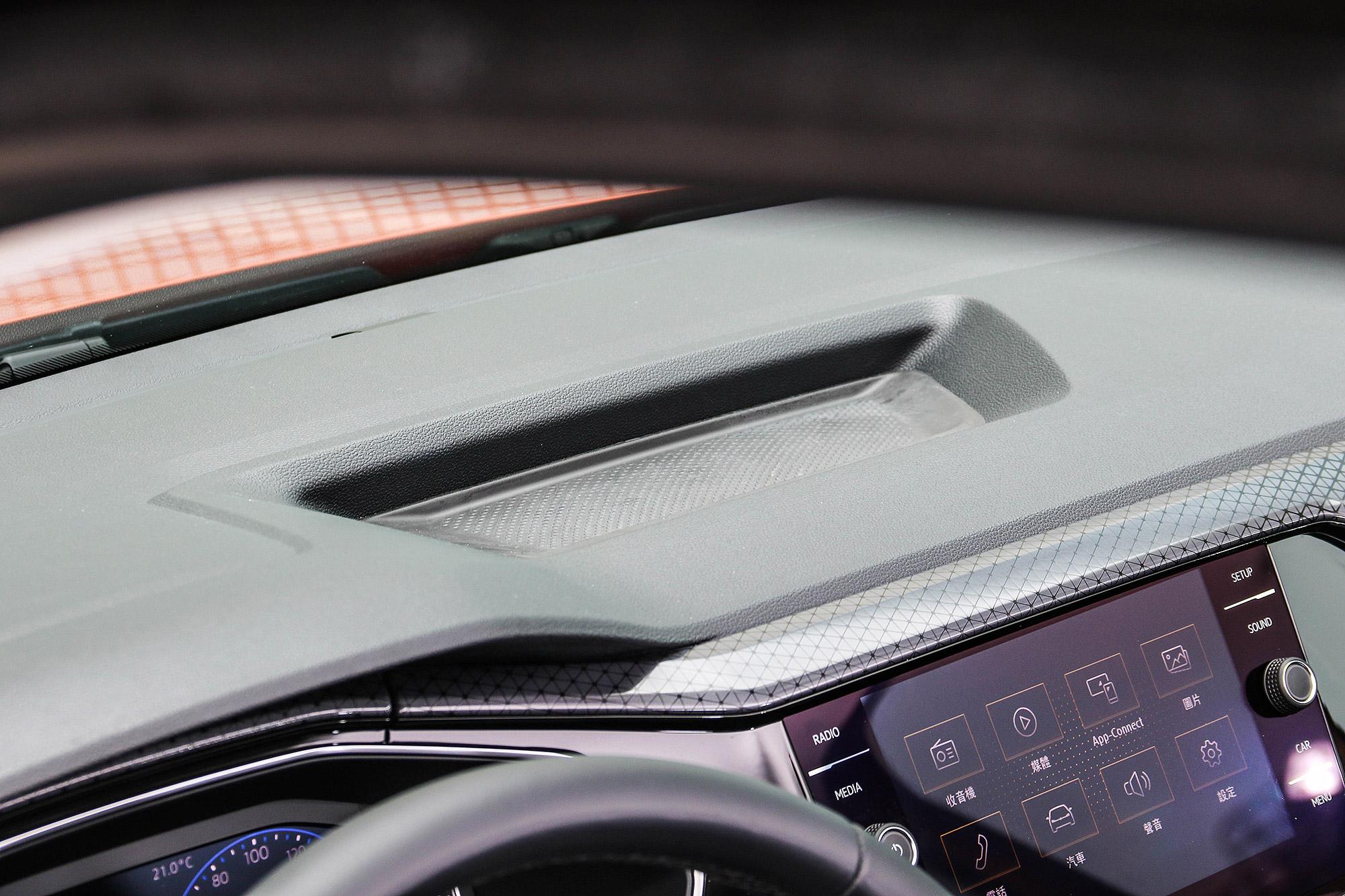中控台頂端設計有置物盤。