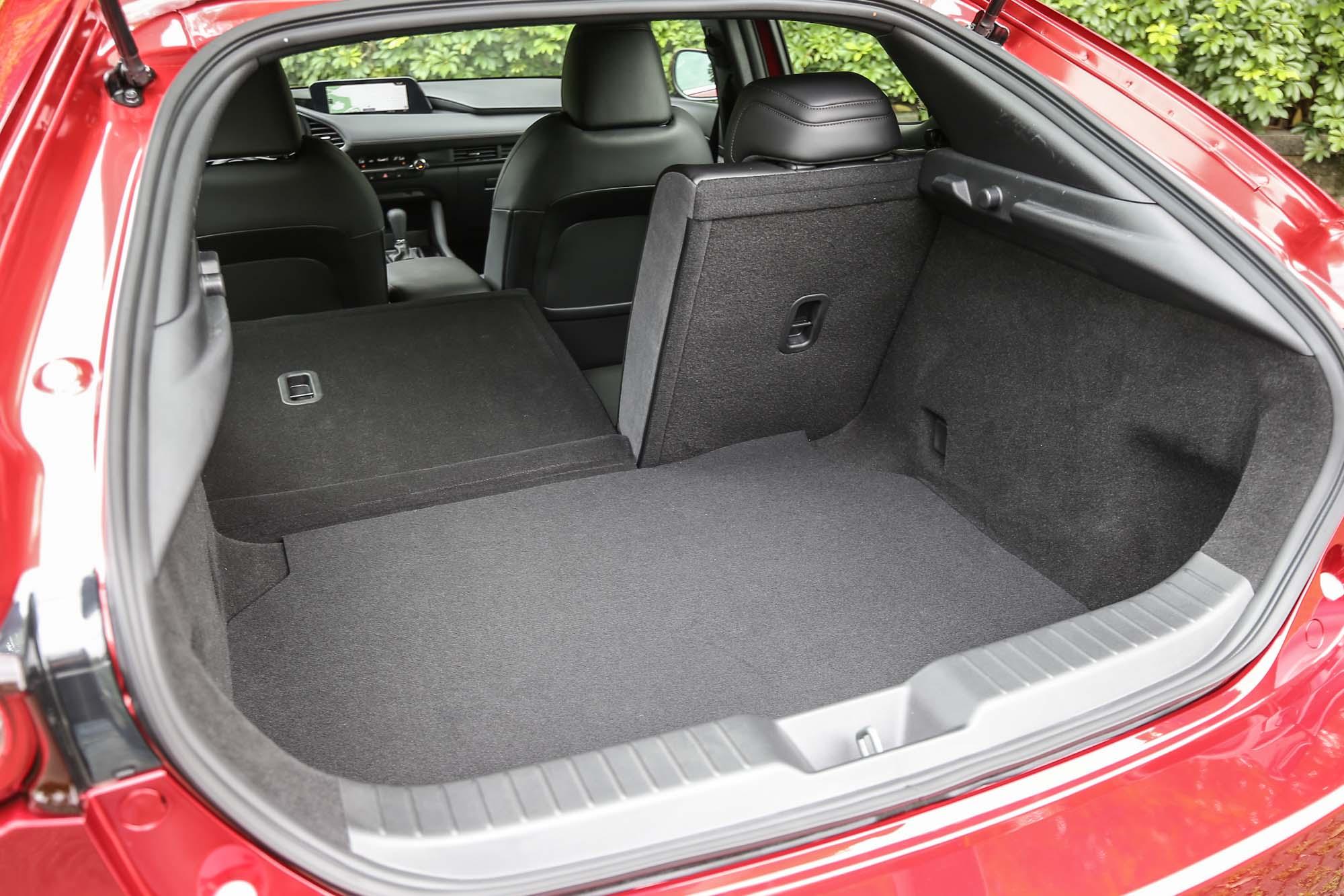 透過後座椅背傾倒機制讓後廂容積擴充,這當然是掀背車最基本的要求。