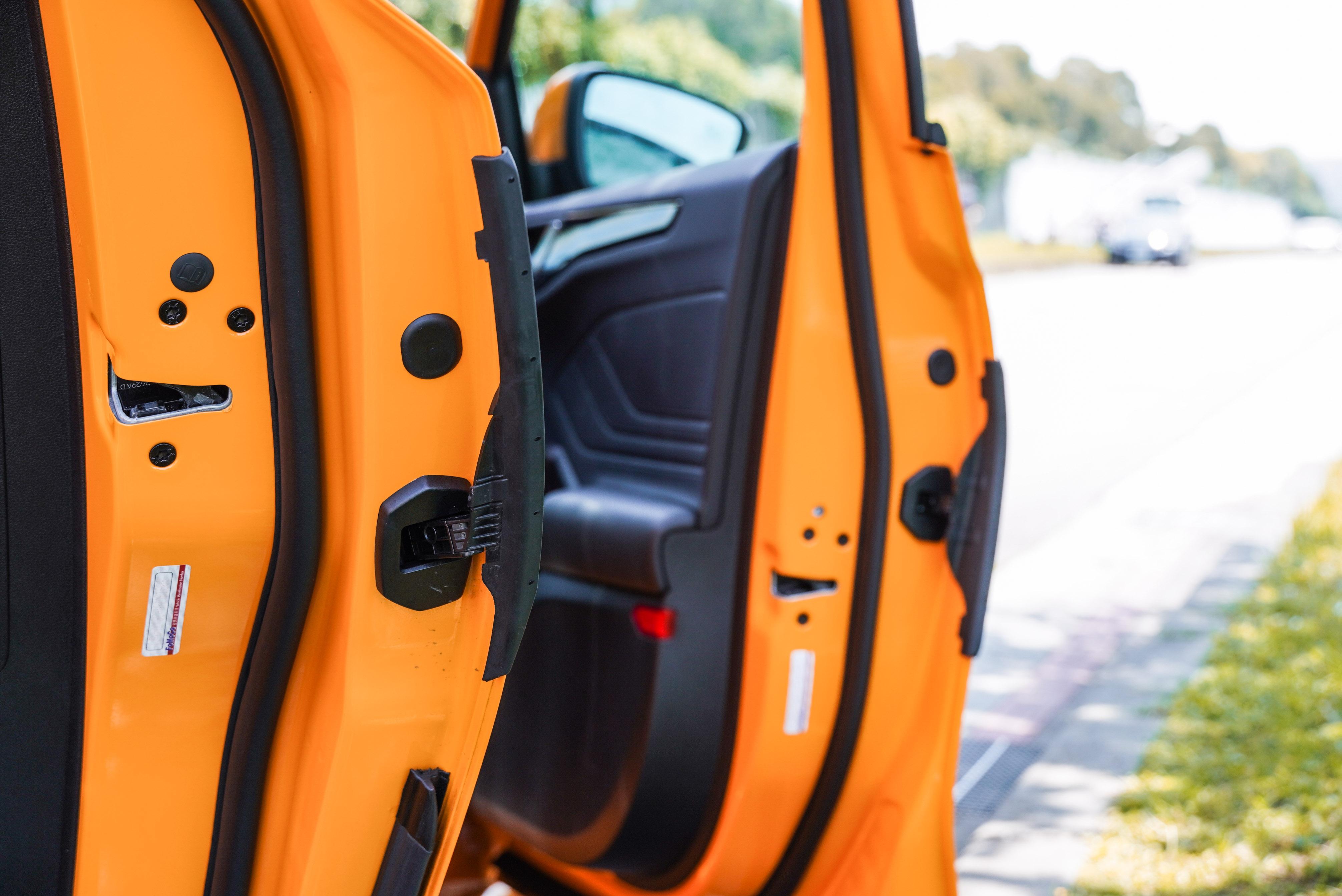 伸縮型車門護條是 ST 專屬配備。