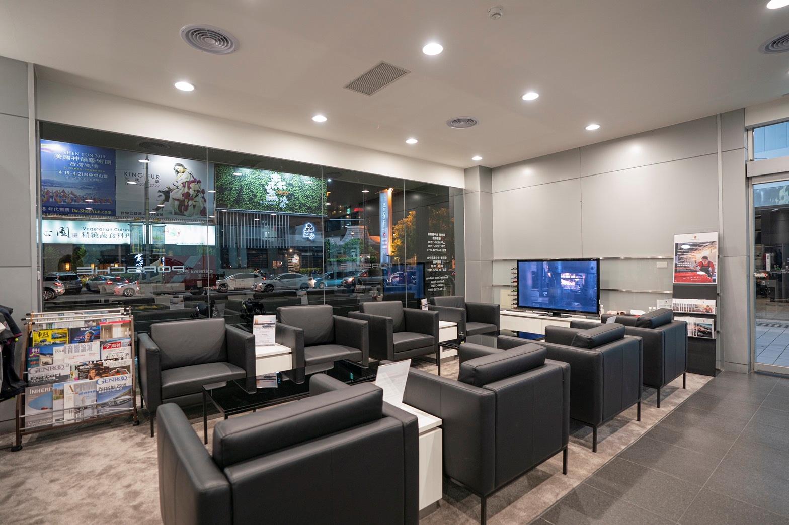 保時捷台中以現有展間為基礎,重新規劃賞車休憩動線與室內、室外空間格局,並購入原廠頂級傢俱及設備。