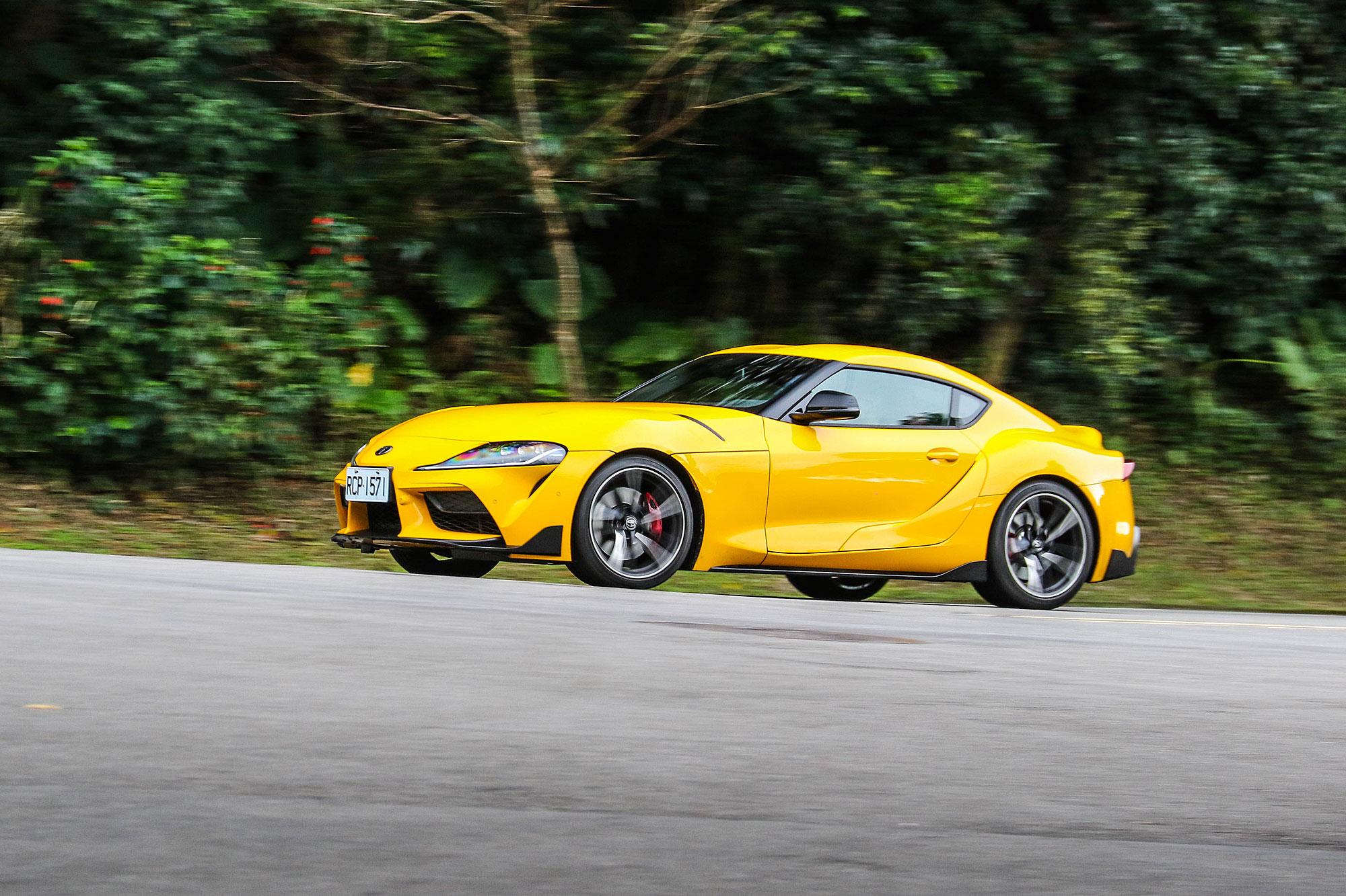 比起一般日常用車, GR Supra 的路感清晰、跑格濃烈。
