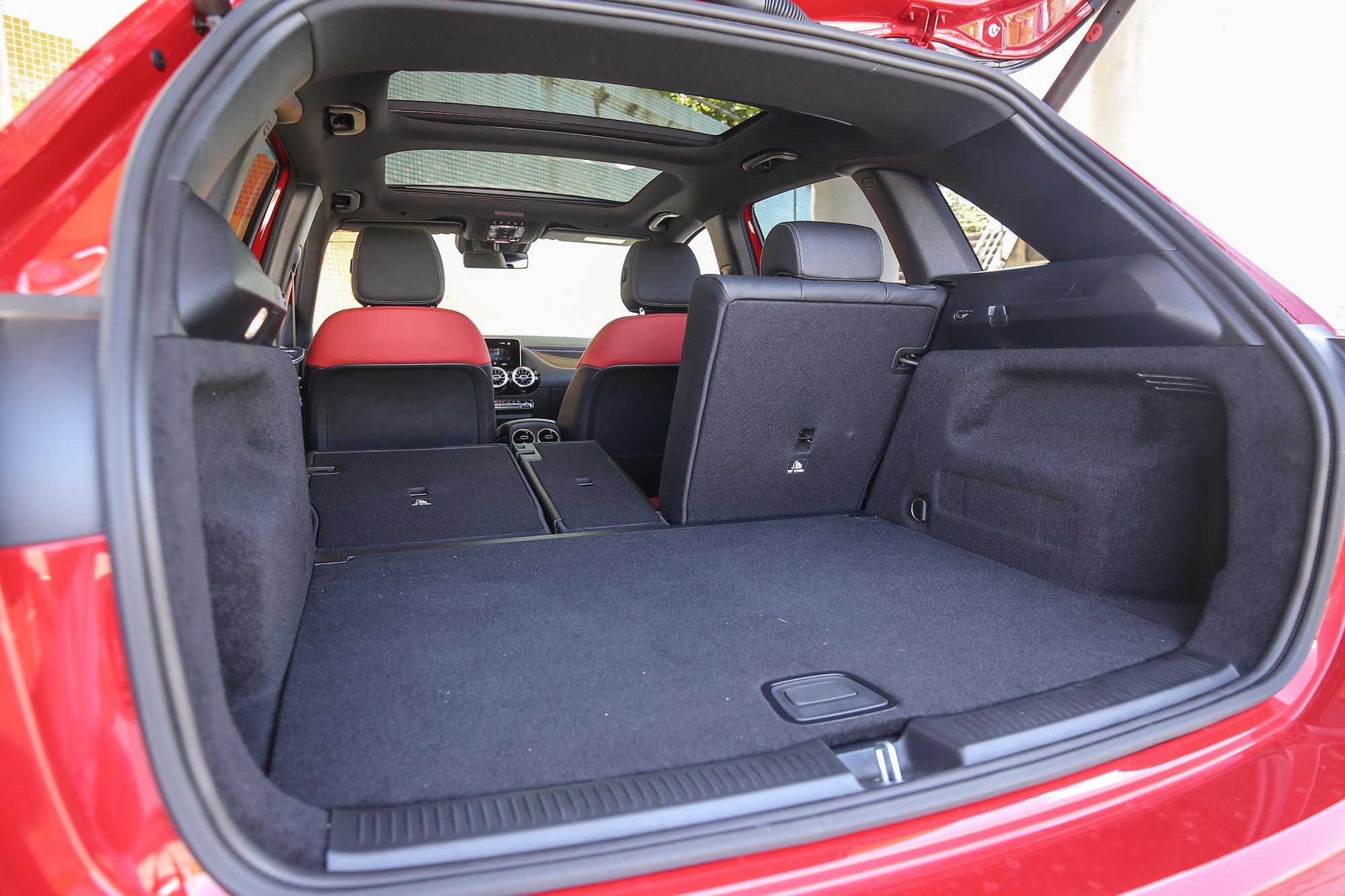 行李容積透過 4/2/4 椅背傾倒,由 455L 延展至 1,540L。