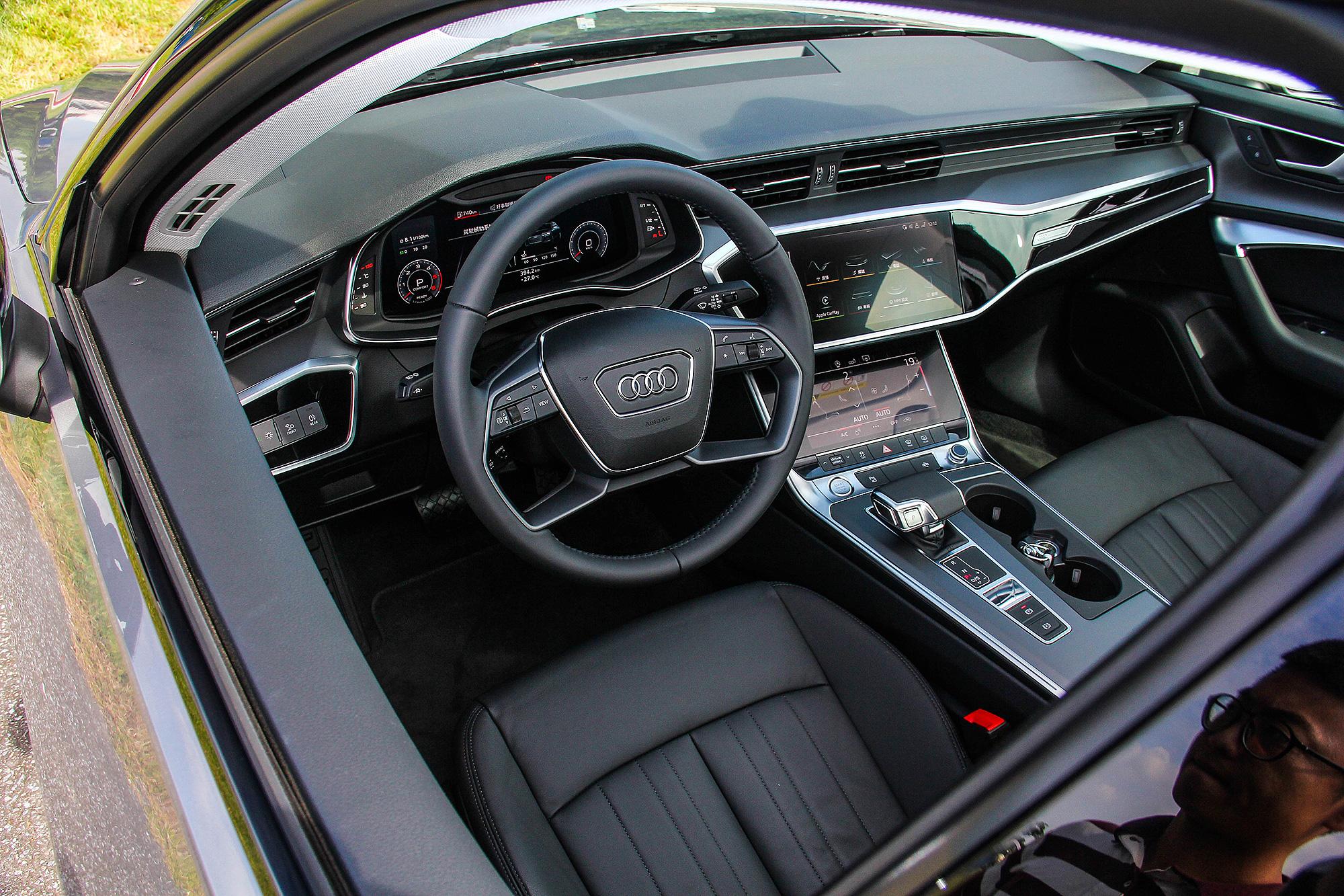 座艙一如 Audi 近年來的風格,大步走向科技化。