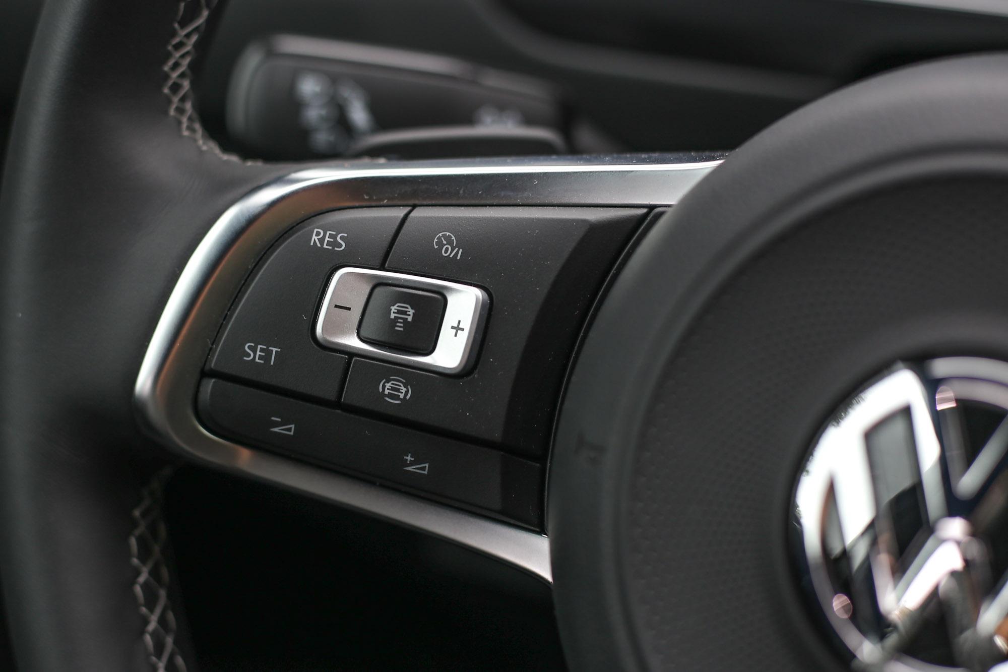 IQ.DRIVE主要的科技精華在於整合ACC主動式固定車距巡航系統與主動式車道修正輔助系統兩大功能,也可透過方向盤左方按鍵迅速輕鬆操作。