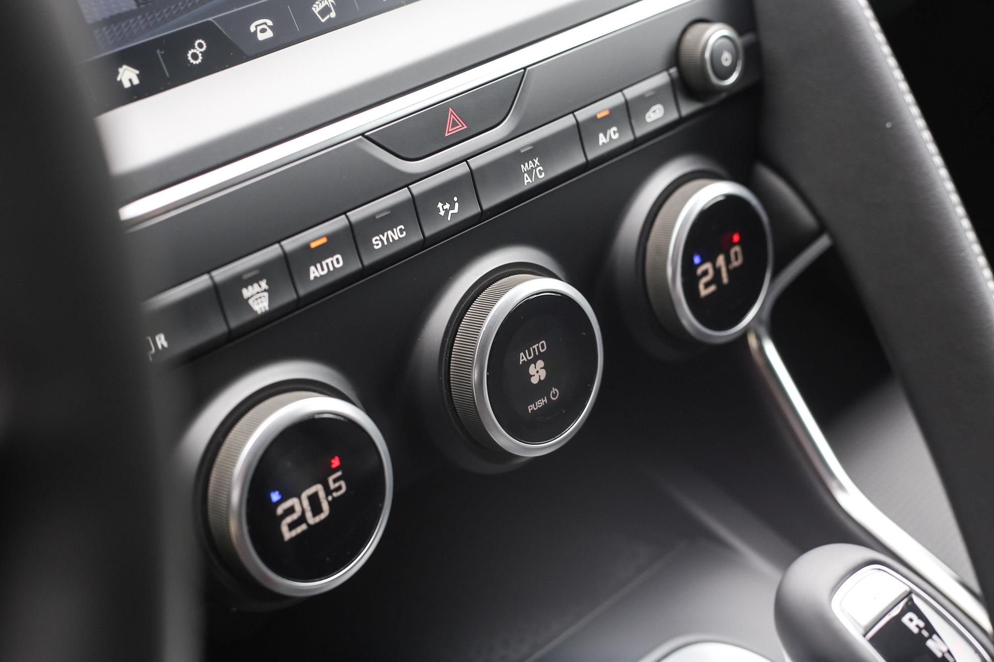 雙曲恆溫空調也為全車系標配。
