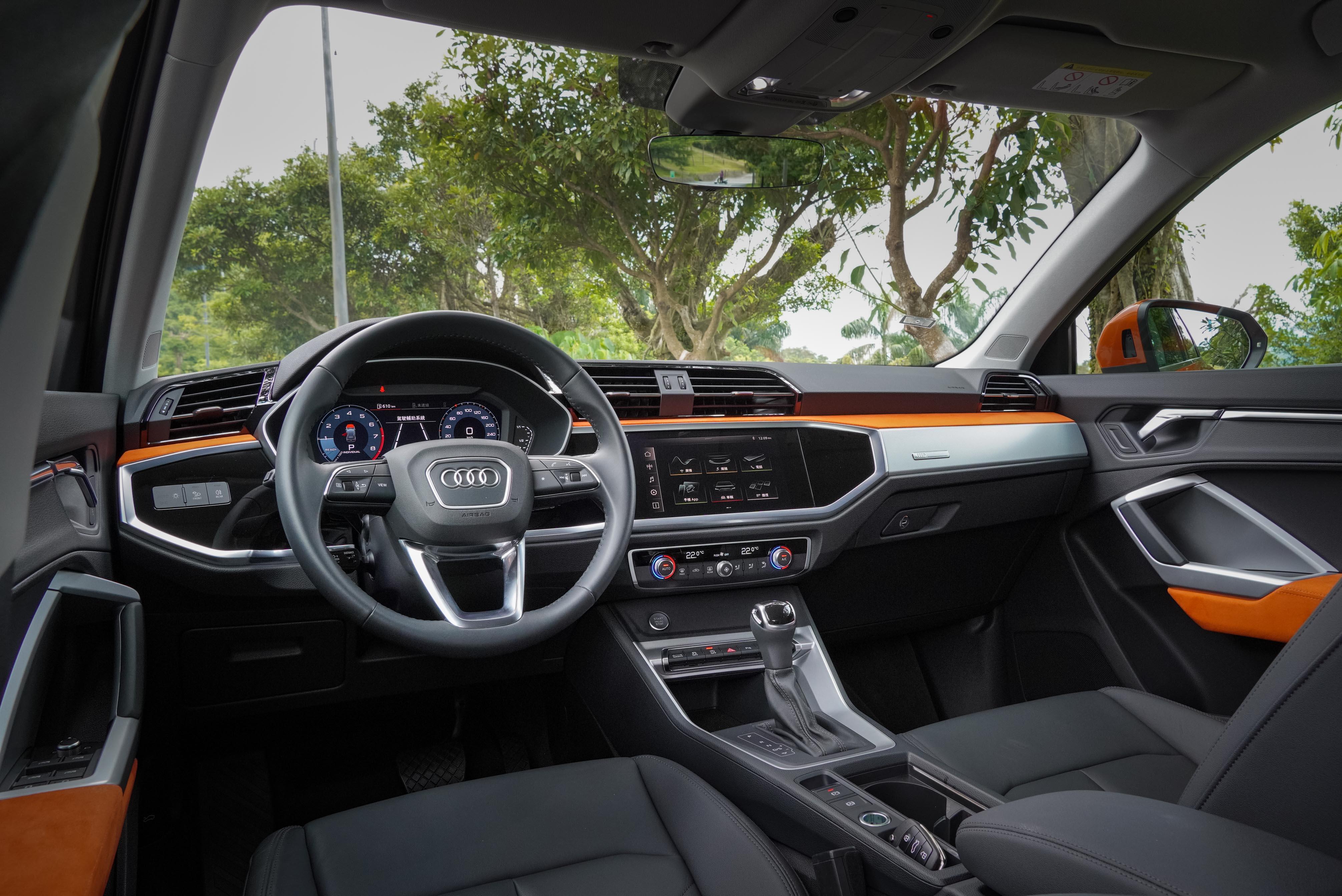 advanced 以上版本標配 Alcantara 車室套件及鋁質內裝套件。音響採用 10 支揚聲器的 Audi sound system 環繞音響。