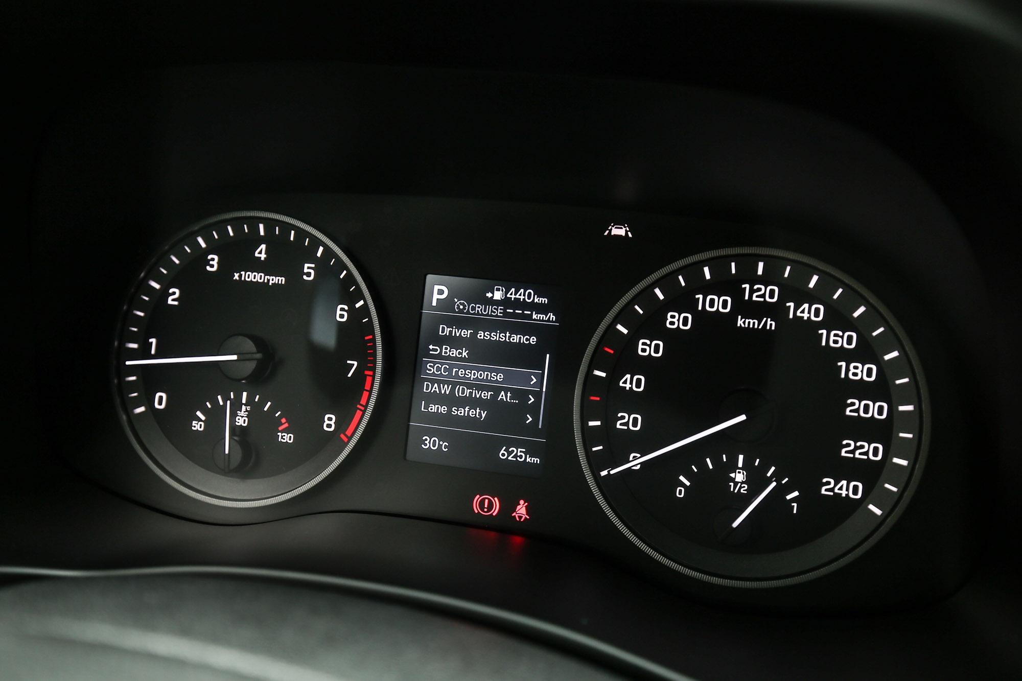 尊爵車型以下的儀表板中央都配備 3.5 吋單色資訊螢幕,旗艦車型以上才換上 4.2 吋全彩螢幕規格。