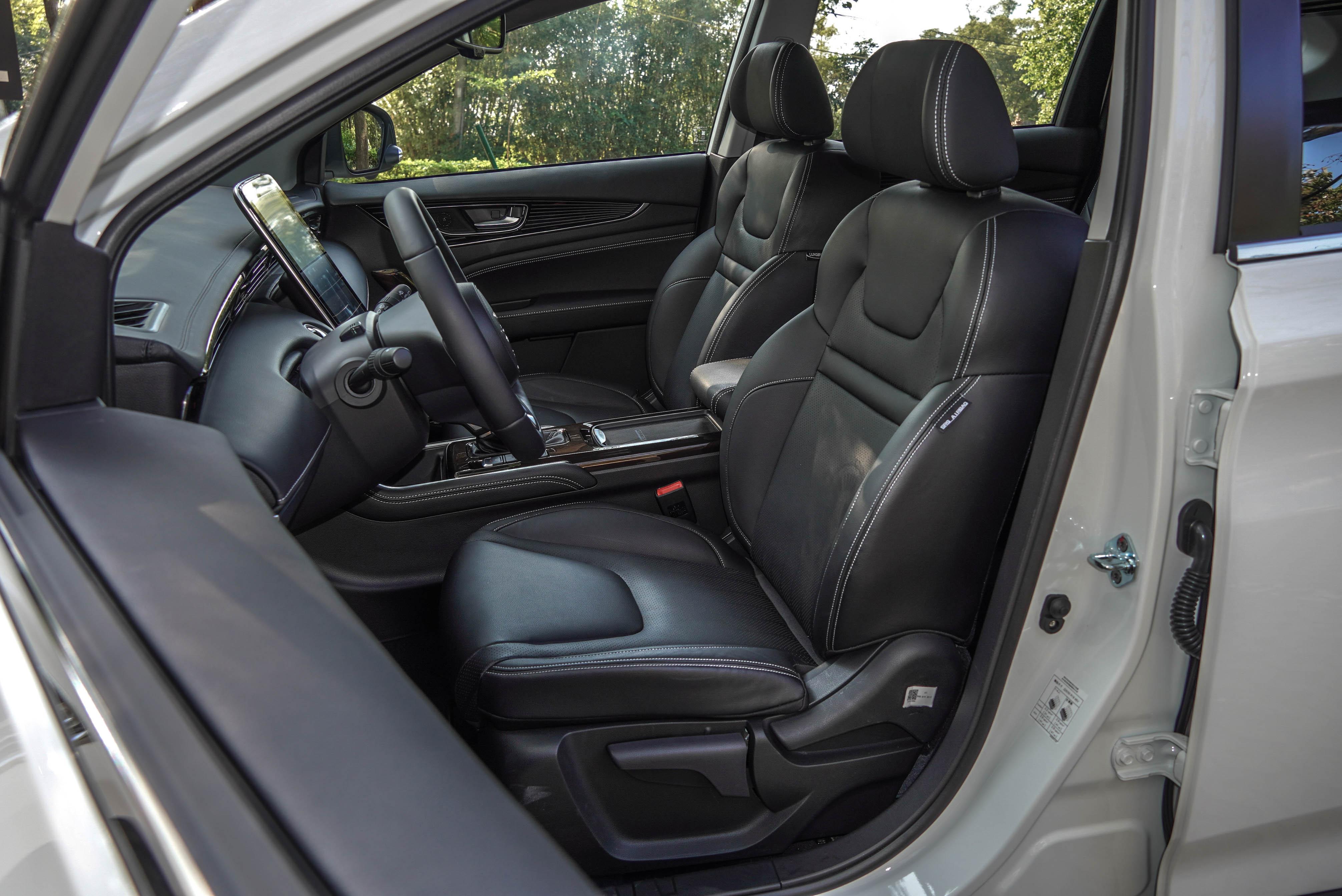 五人旗艦款以上搭載駕駛座 8 向電動調整功能(附 2 組記憶功能)、4 向電動腰靠,副駕駛座則提供 4 向電動調整功能,前排座椅皆配備通風加熱功能。