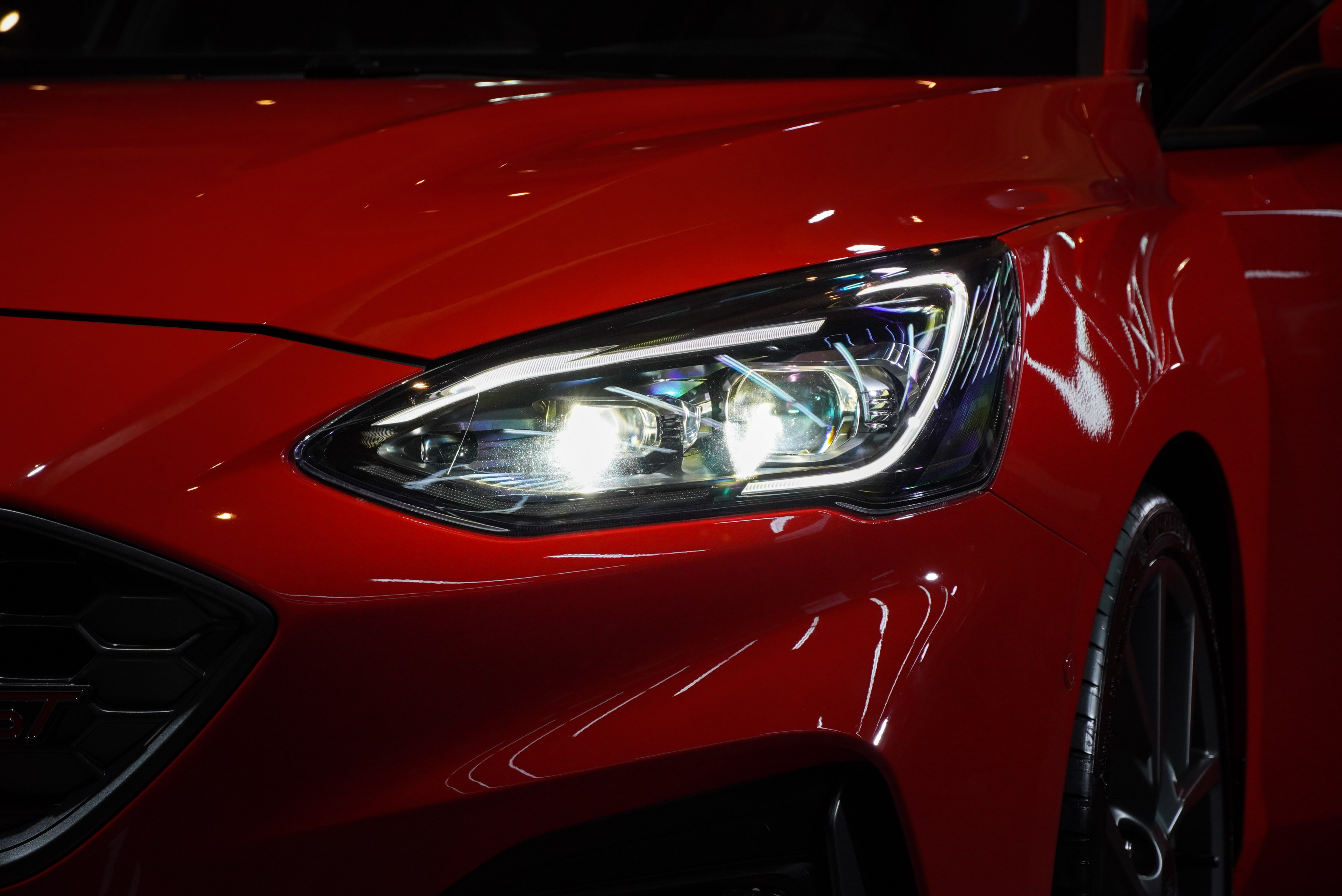 Ford Focus ST Wagon採用專屬「旭日之刃型LED日行燈」,整合AFS頭燈主動式轉向照明輔助系統。