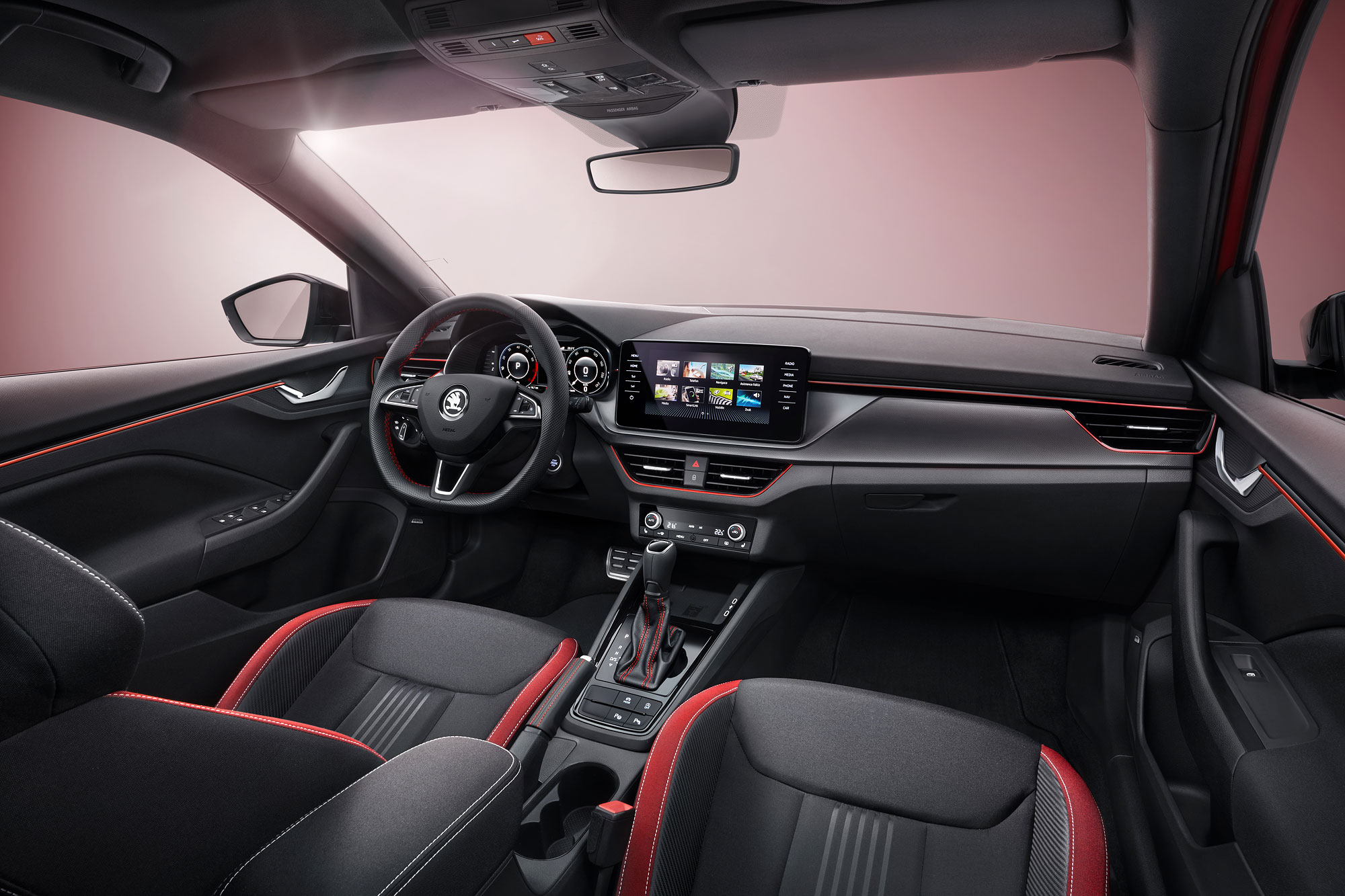 車內以紅、黑配色搭配碳纖維花紋與運動化跑車座椅為主軸。