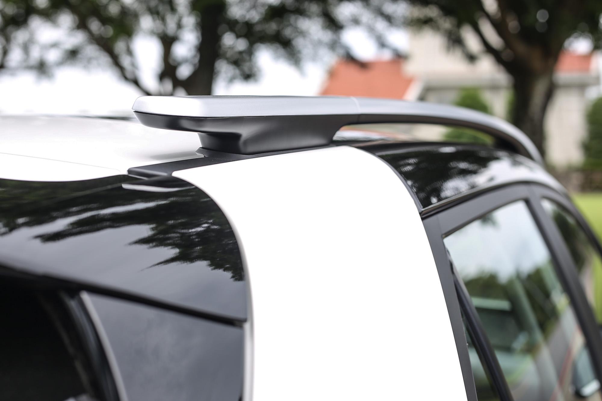 選配雙車色後,C 柱顯得特別厚實,極具視覺效果。