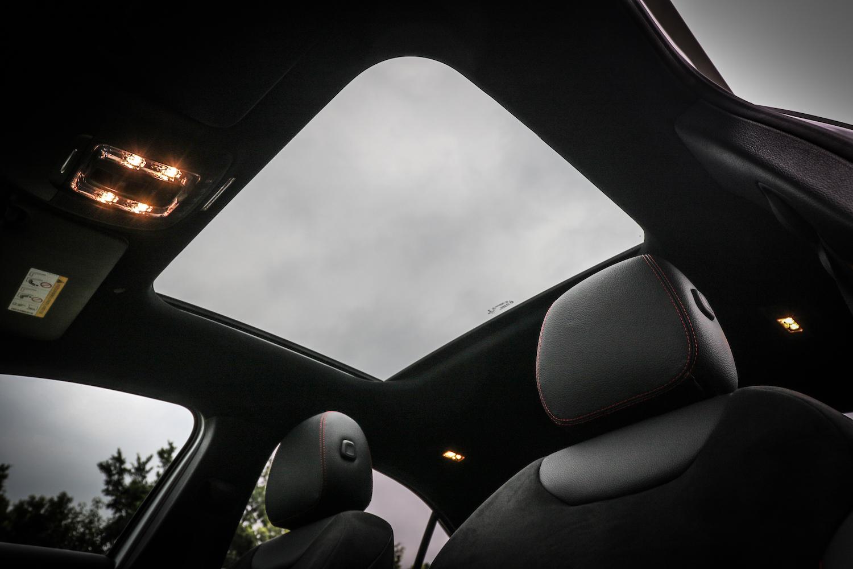 全景式天窗選配價格為 51,000 元。另外也包含在「特選優惠 AMG Line 套裝」內,套裝要價 120,000 元(A 180)或 105,000 元(A 200)。