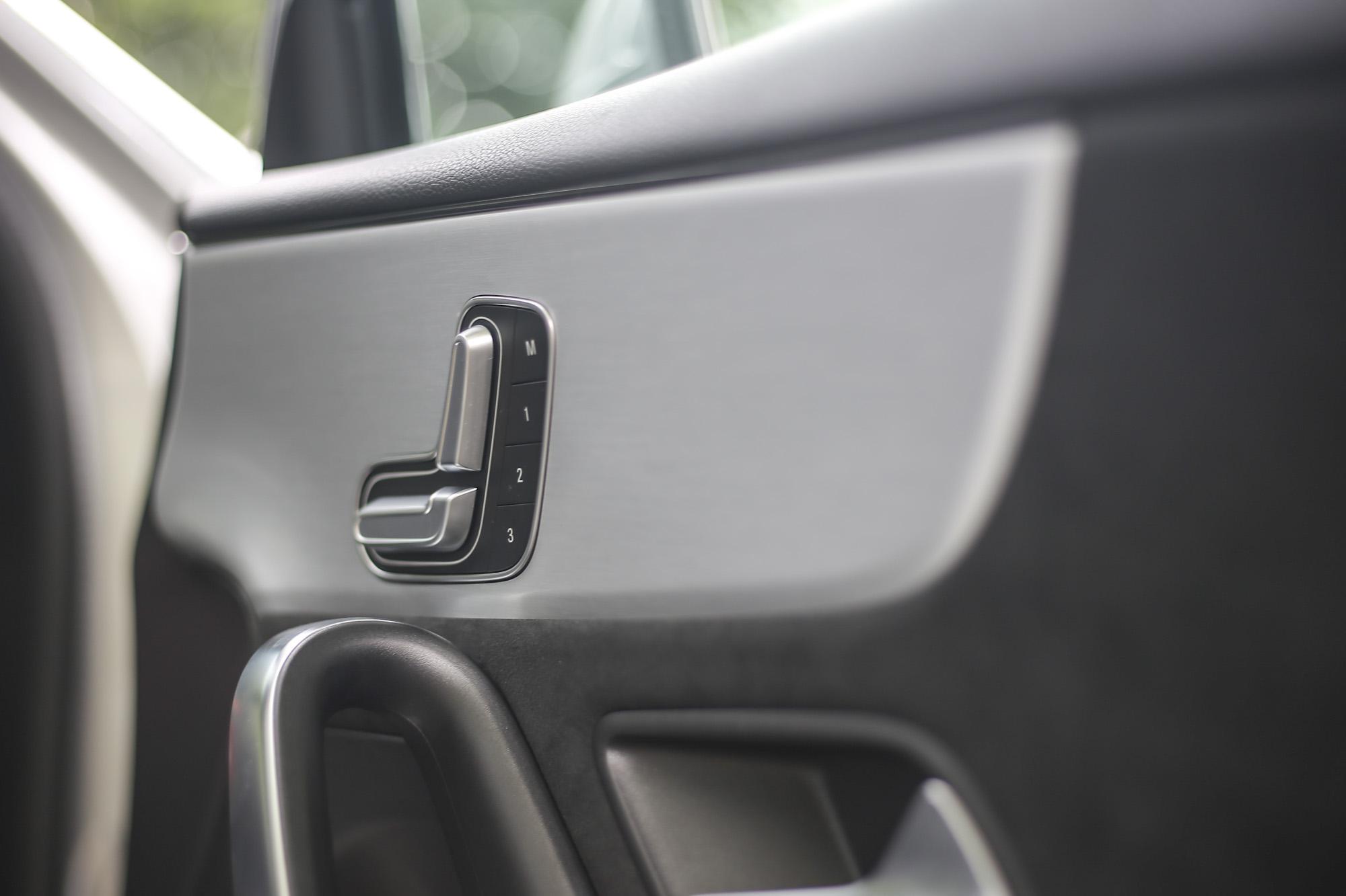 車門上的電動座椅調整機制也是Mercedes-Benz的特色,設計主意是為了避免車主配戴的昂貴手錶在調整電動座椅時刮傷。