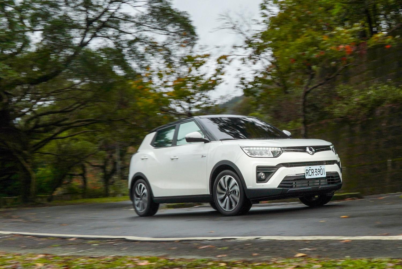 加速表現上展現動力的優勢,在此級距中應該只遜於 Hyundai Kona 的爽度,從靜止起步加速的推進力輕快且飽滿。