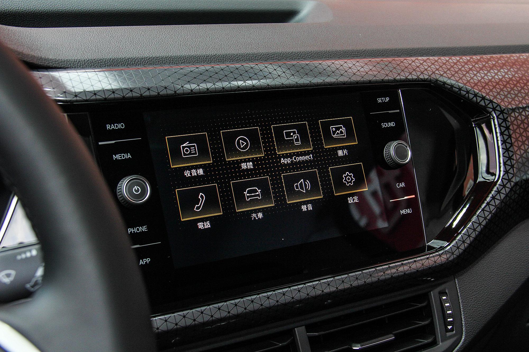 8 吋鏡面式觸控螢幕為全車系標配。