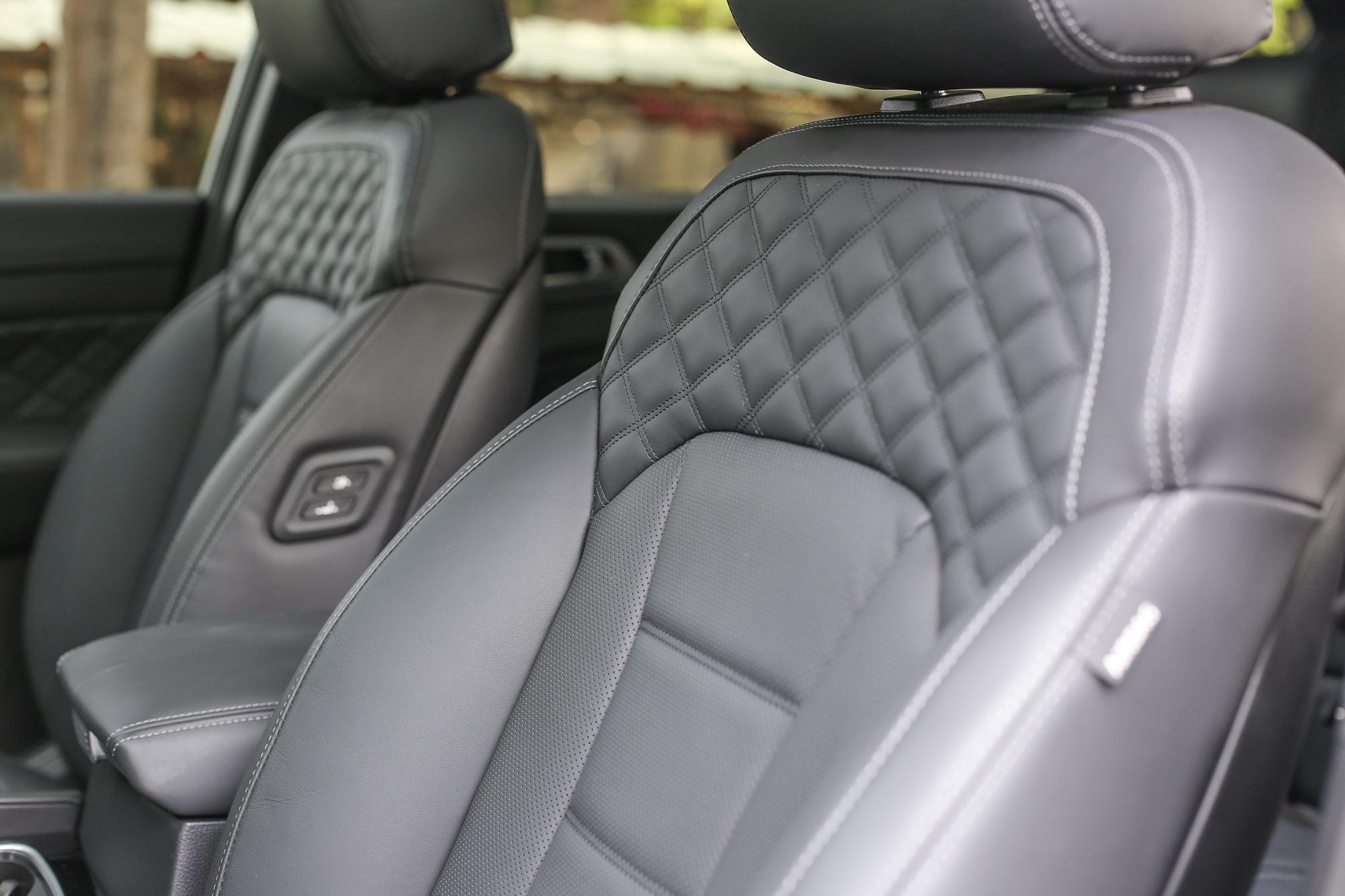 Nappa 皮革包覆再加上菱格紋的座椅,還有駕駛座電動四向腰背調整功能等。