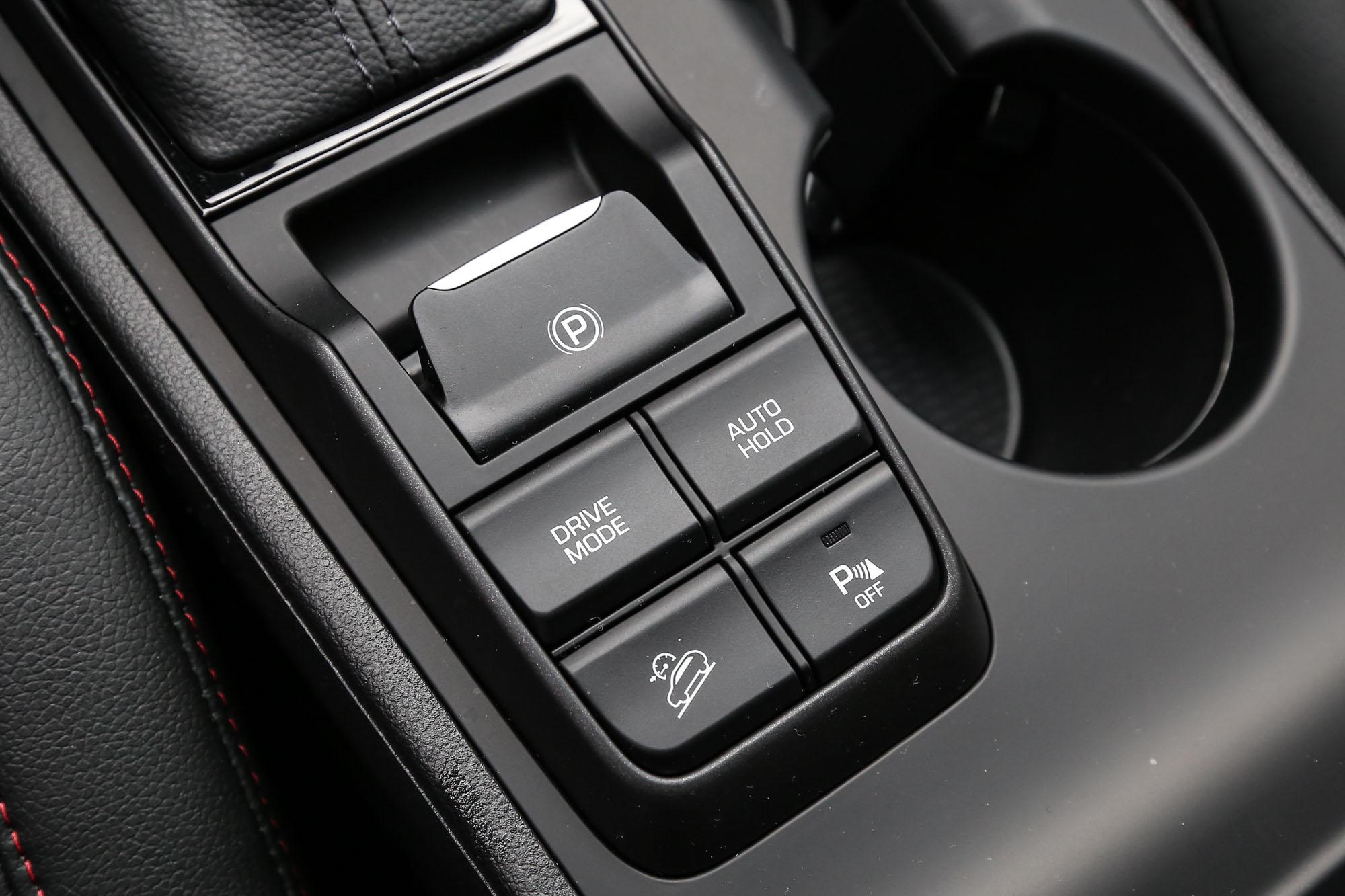 提供 COMFORT、ECO、SPORT 三種模式的 DRIVE MODE 駕駛模式。